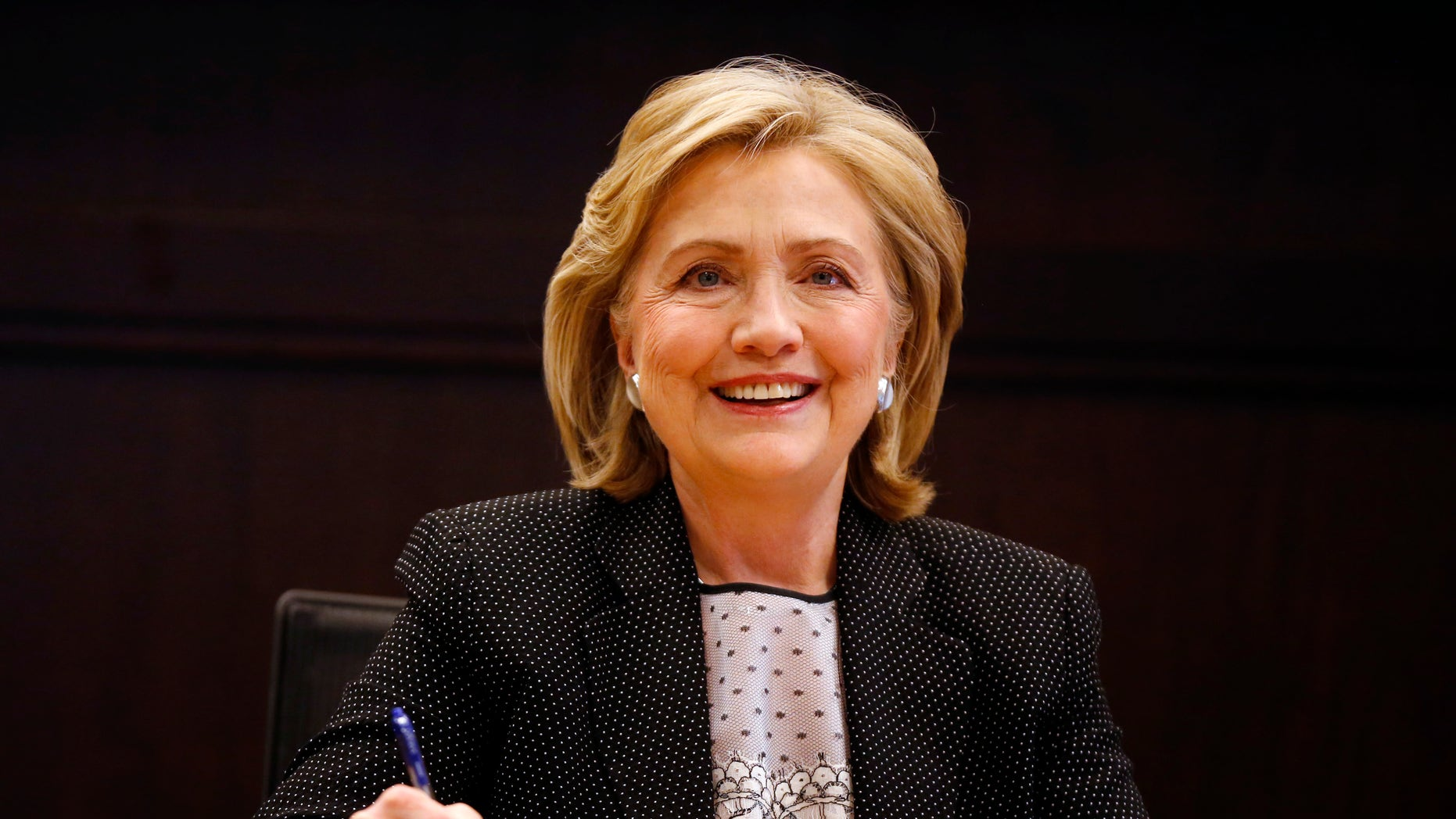 "Former U.S. Secretary of State Hillary Clinton signs copies of her book ""Hard Choices"" at a Barnes & Noble book store in Los Angeles, California June 19, 2014.  REUTERS/Lucy Nicholson    (UNITED STATES - Tags: POLITICS MEDIA) - RTR3UQNK"