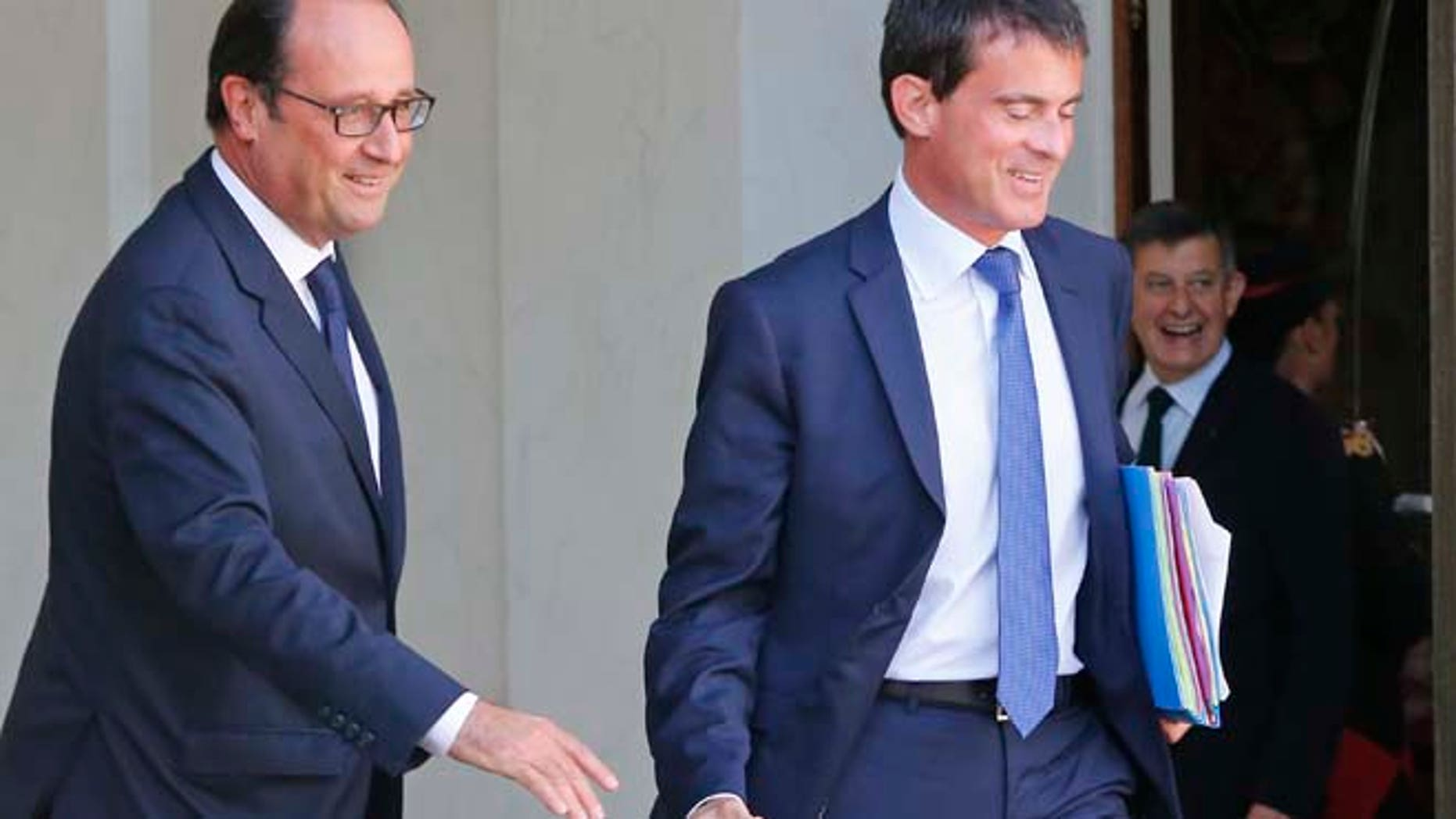 Sept. 3, 2014: French President Francois Hollande, left, and Prime Minister Manuel Valls prepare to shake hands after the weekly cabinet meeting at the Elysee Palace, in Paris, France. (AP)