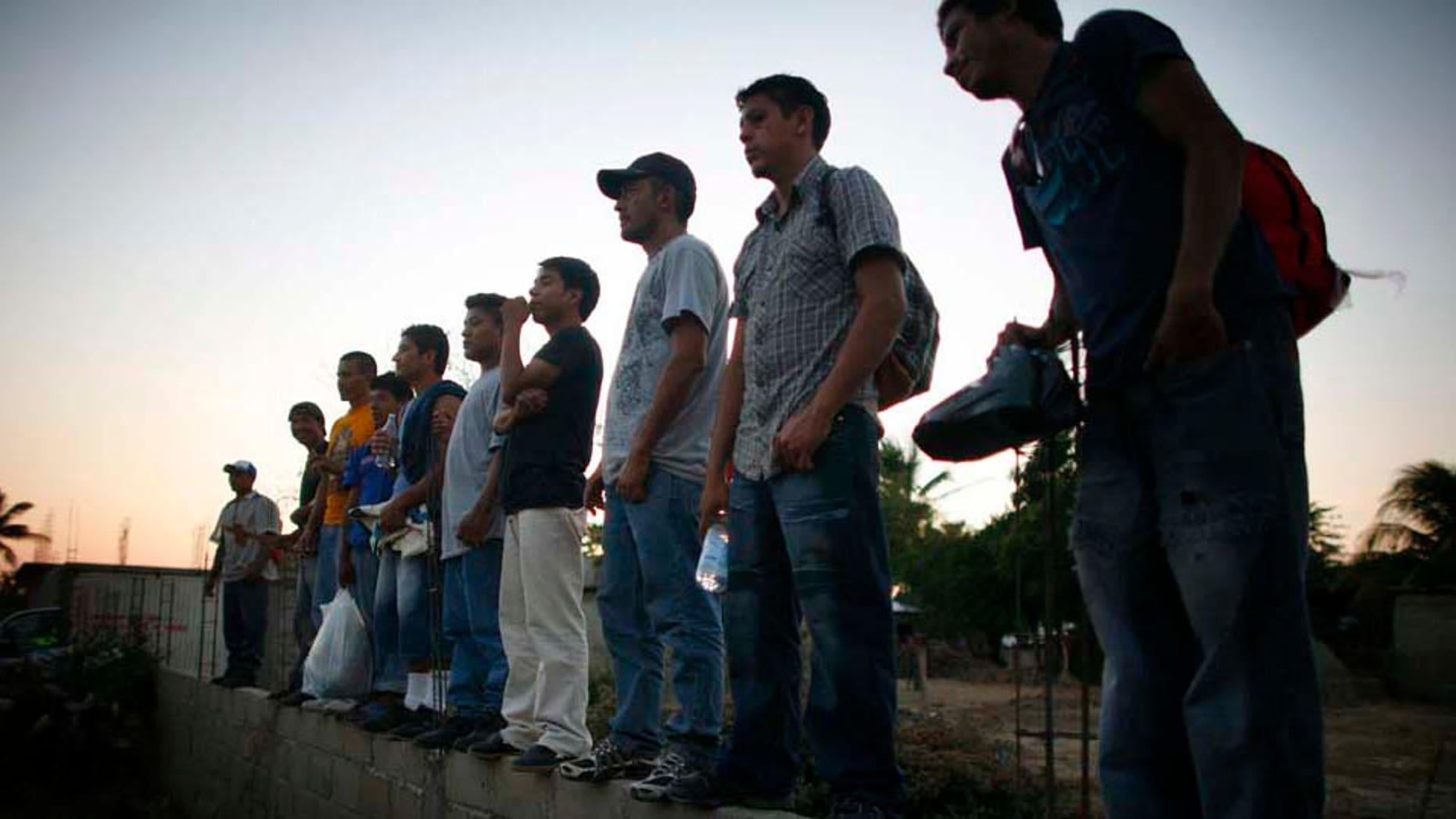 Central American migrants wait infron of the Casa del Migrante en Arriaga, Chiapas, on June 7, 2011. (Foto AP/Miguel Tovar)