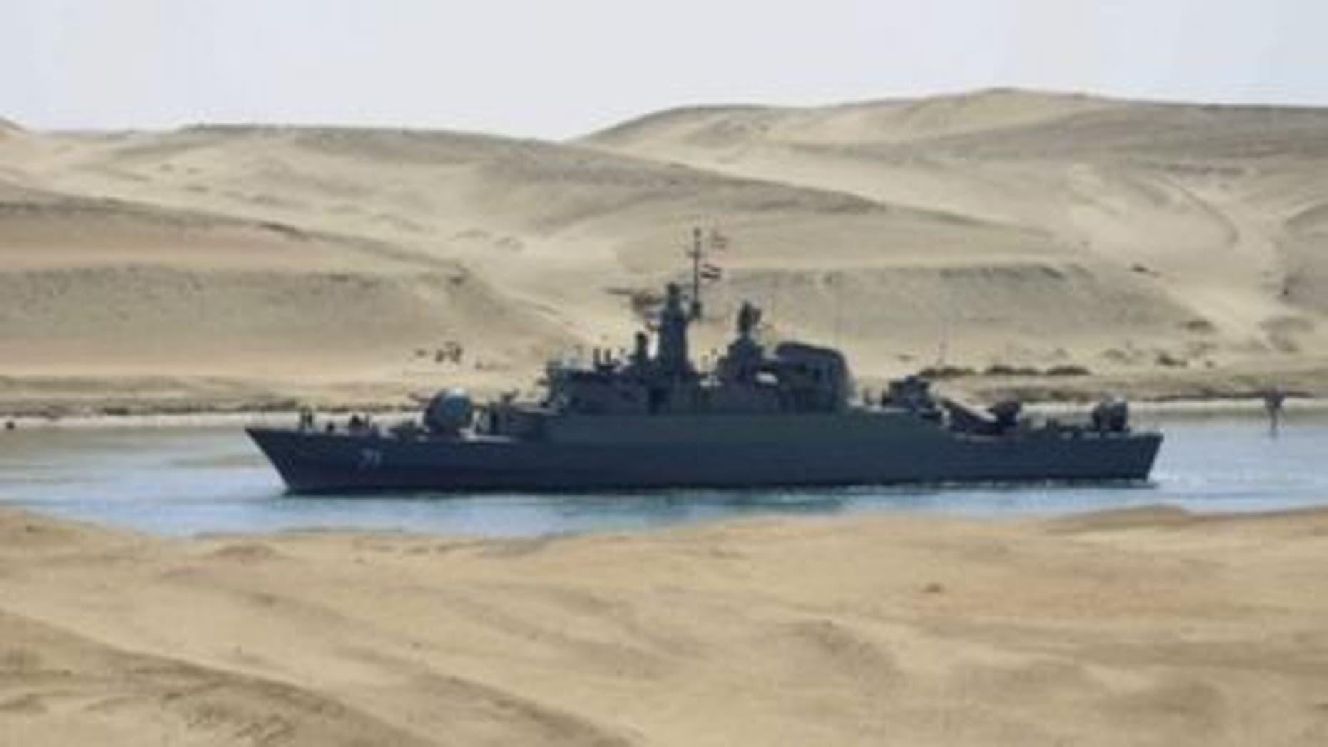Buque de guerra irani IS Alvan navega por el canal de Suez en Egispto