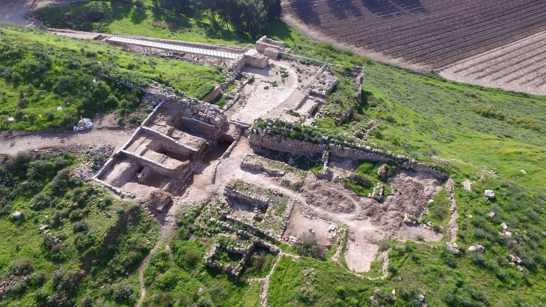 The Tel Lachish National Park and the gate structure (left) that was exposed. (Photographic credit: Guy Fitoussi, courtesy of the Israel Antiquities Authority).