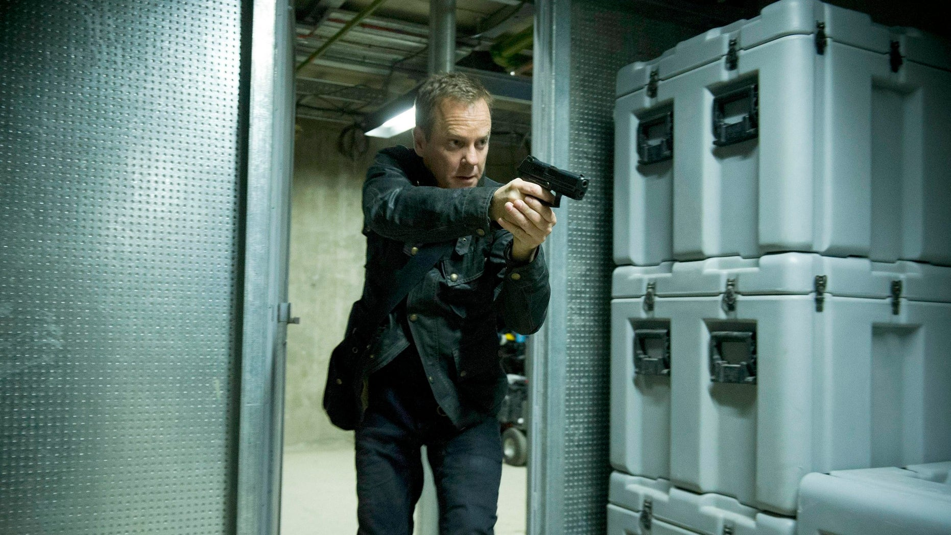 """24:  LIVE ANOTHER DAY:  Jack (Kiefer Sutherland) chases a suspect in the """"7:00 PM - 8:00 PM"""" episode of 24: LIVE ANOTHER DAY airing Monday, June 23 (9:00-10:00 PM ET/PT) on FOX.  ©2014 Fox Broadcasting Co.  Cr:  Chris Raphael/FOX"""