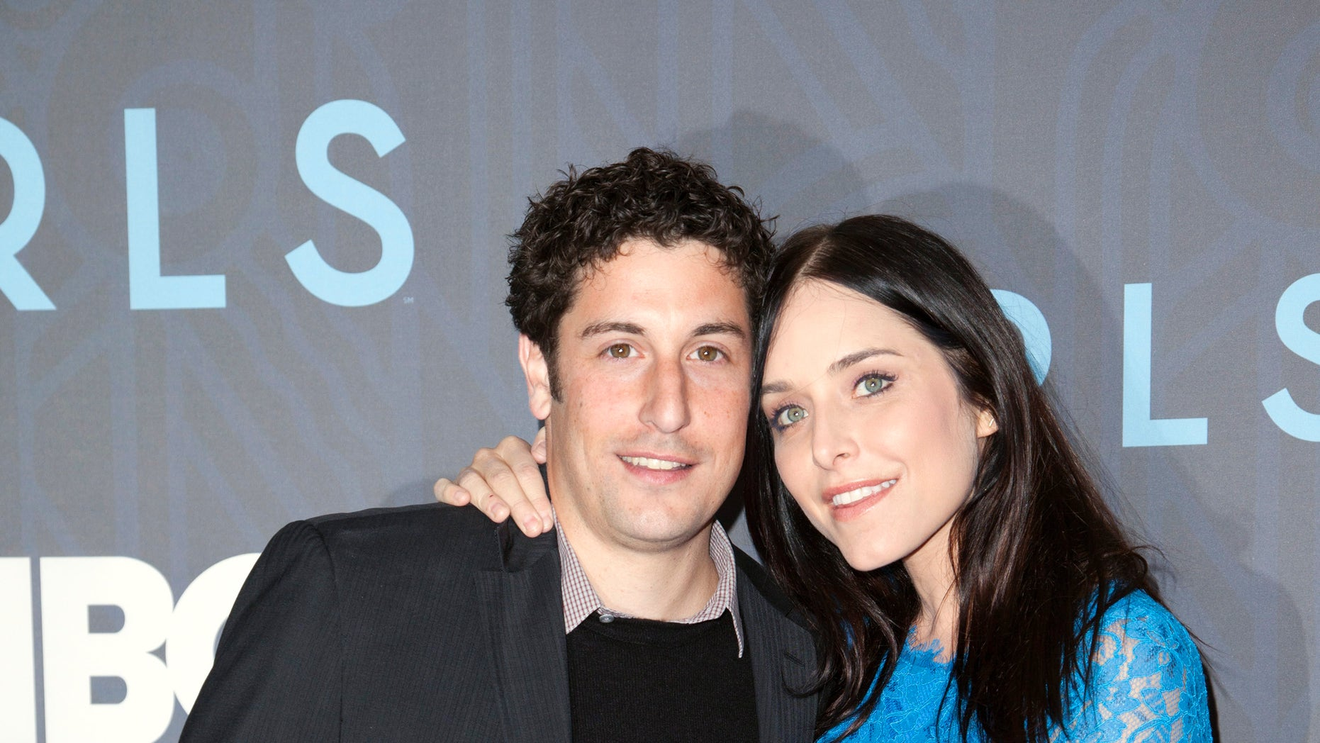 """Actor Jason Biggs and wife Jenny Mollen attend the Season 2 premiere of the television series """"Girls"""" in New York January 9, 2013."""