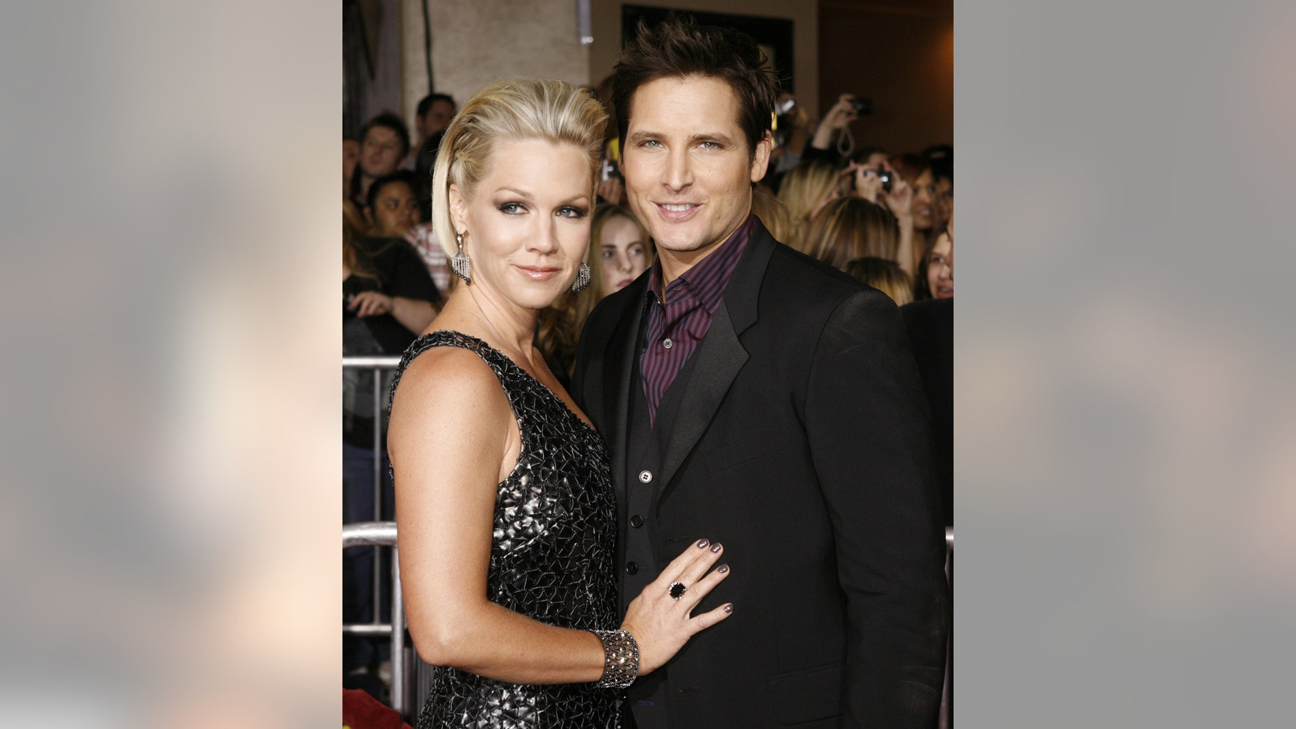 "Actor Peter Facinelli, star of the new film ""The Twilight Saga: New Moon"" poses with his wife, actress Jennie Garth, at the film's Los Angeles premiere  November 16, 2009. REUTERS/Fred Prouser    (UNITED STATES ENTERTAINMENT) - RTXQTLT"