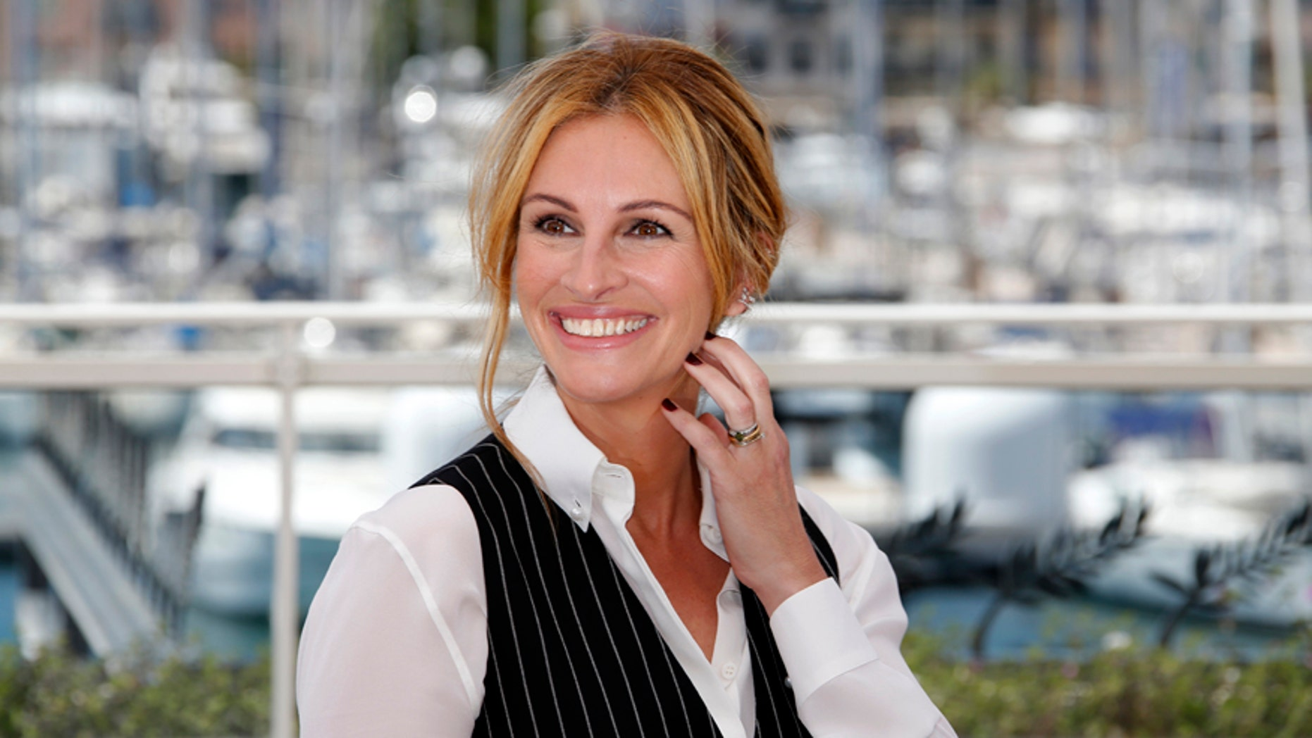 """Cast member Julia Roberts poses during a photocall for the film """"Money Monster"""" out of competition at the 69th Cannes Film Festival in Cannes, France, May 12, 2016."""