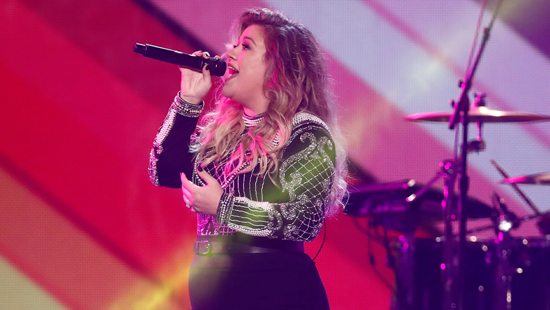 Kelly Clarkson performs during the closing ceremony for the Invictus Games in Toronto, Ontario, Canada September 30, 2017.    REUTERS/Mark Blinch - RC1128EF6DB0