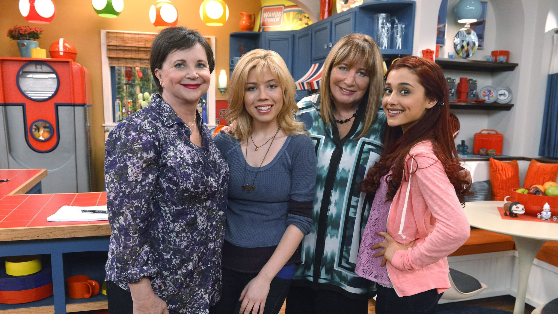 """Laverne & Shirley's"" Penny Marshall and Cindy Williams to Reunite on ""Sam & Cat,"" Saturday, Nov. 9, at 8p.m.  (PRNewsFoto/Nickelodeon)"