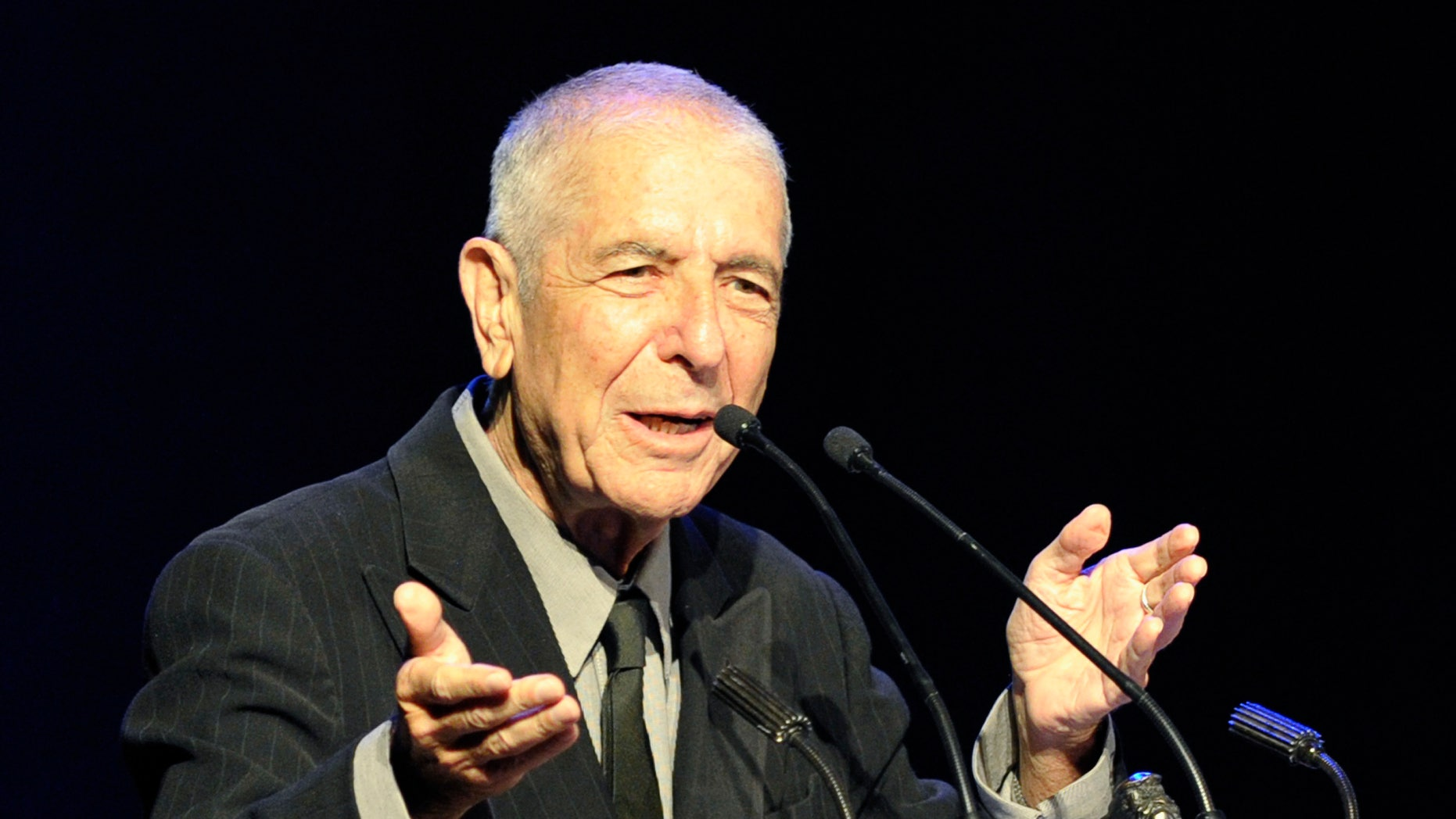 Canadian musician/writer Leonard Cohen speaks after receiving the Glenn Gould Prize in Toronto May 14, 2012.  The Glenn Gould Prize is awarded biennially to a living individual for a lifetime contribution to the arts. REUTERS/ Mike Cassese (CANADA - Tags: ENTERTAINMENT) - RTR322J0