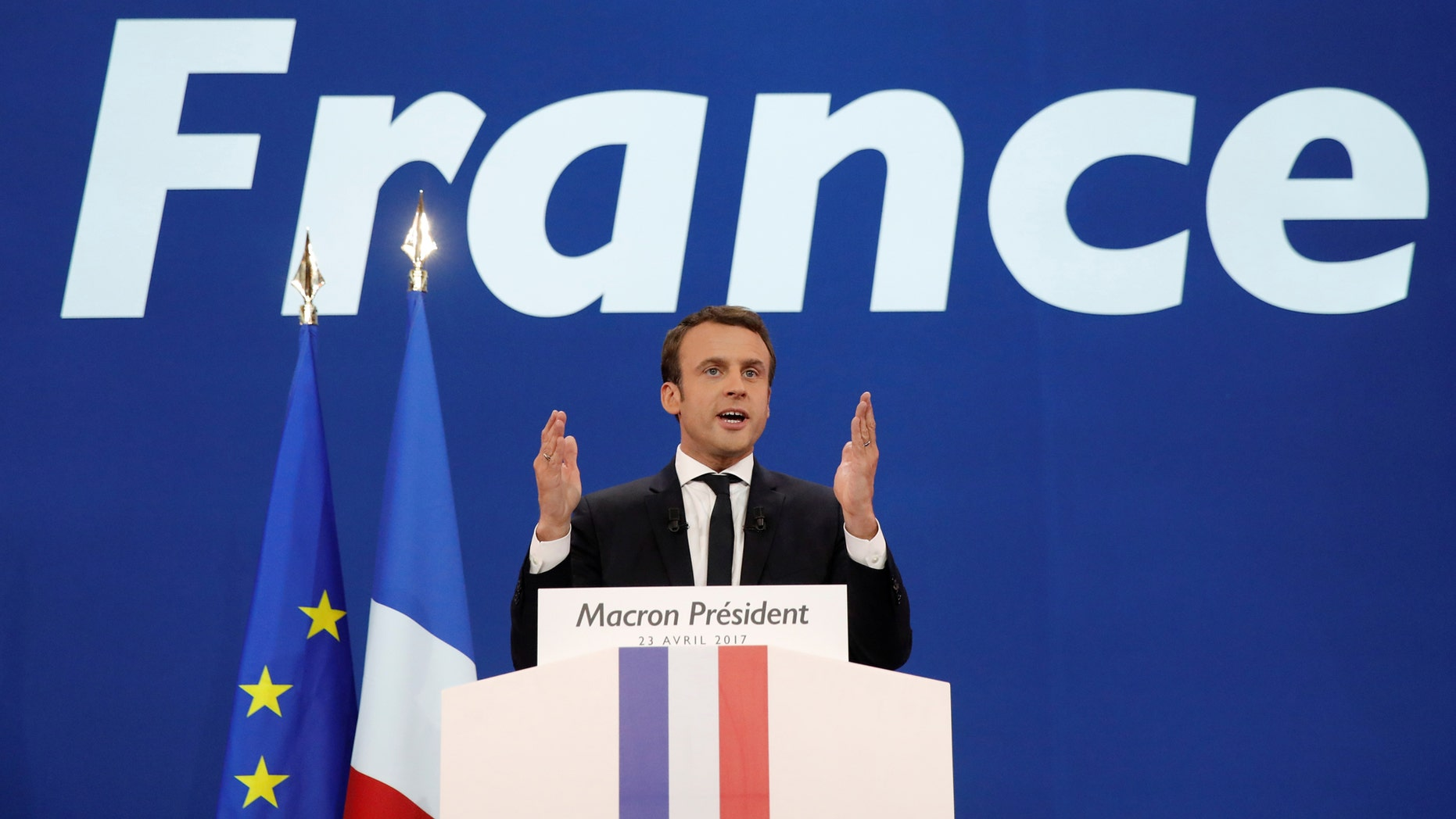 Emmanuel Macron, head of the political movement En Marche !, or Onwards !, and candidate for the 2017 French presidential election, gestures to supporters after the first round of 2017 French presidential election in Paris, France, April 23, 2017. (REUTERS/Benoit Tessier)