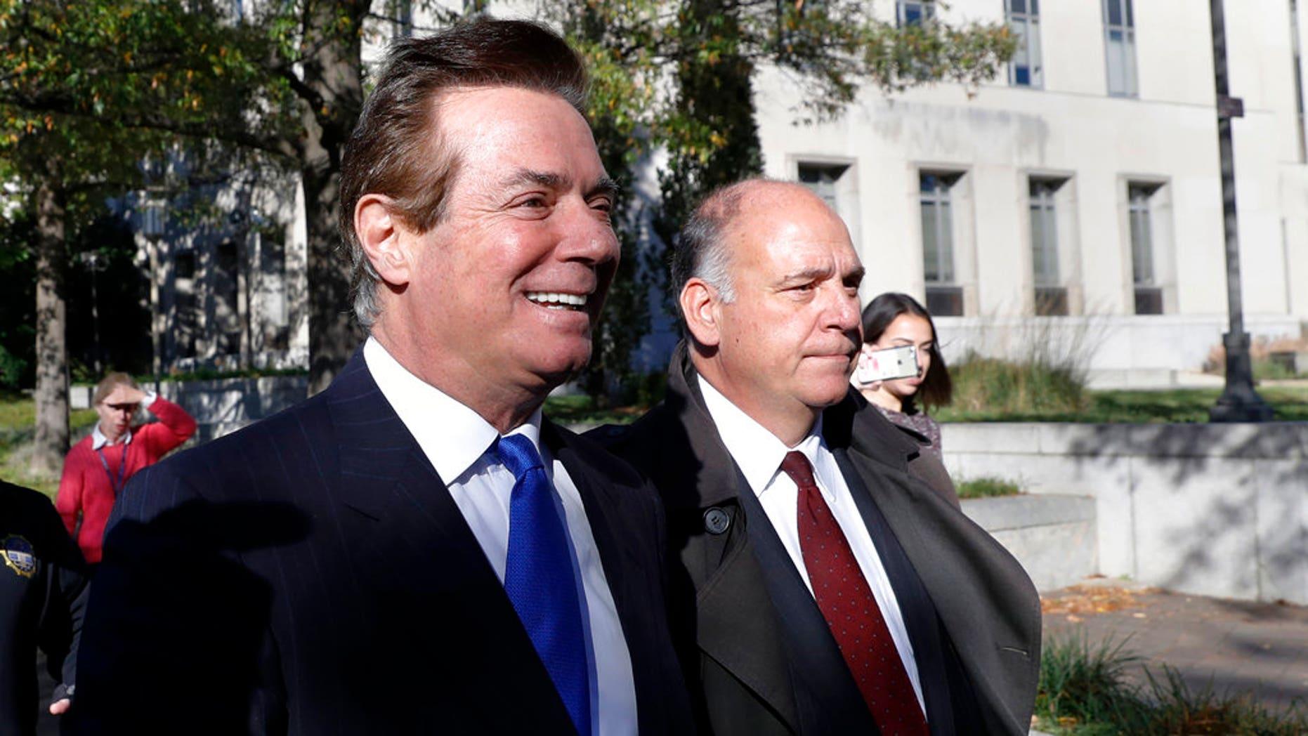 Paul Manafort (izquierda) a su salida de la Corte Federal de Distrito en Washington, el 30 de octubre de 2017. (AP Foto/Alex Brandon)