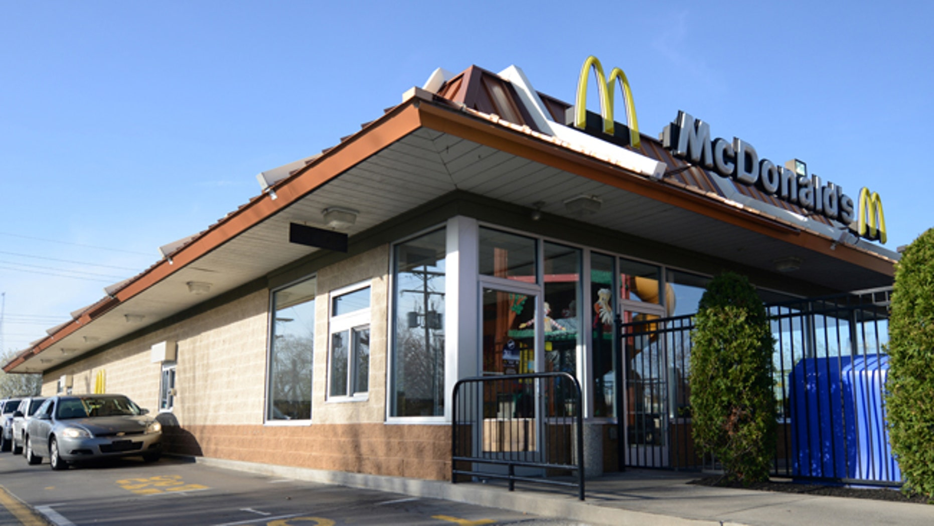 Cars approach the drive through window of a McDonald's restaurant where a member of staff had recognized the car of fugitive Steve Stephens, who police said posted a video of himself on Facebook killing an elderly man in Cleveland, in Erie, Pennsylvania, U.S. April 18, 2017.  REUTERS/Alan Freed - RTS12UTU