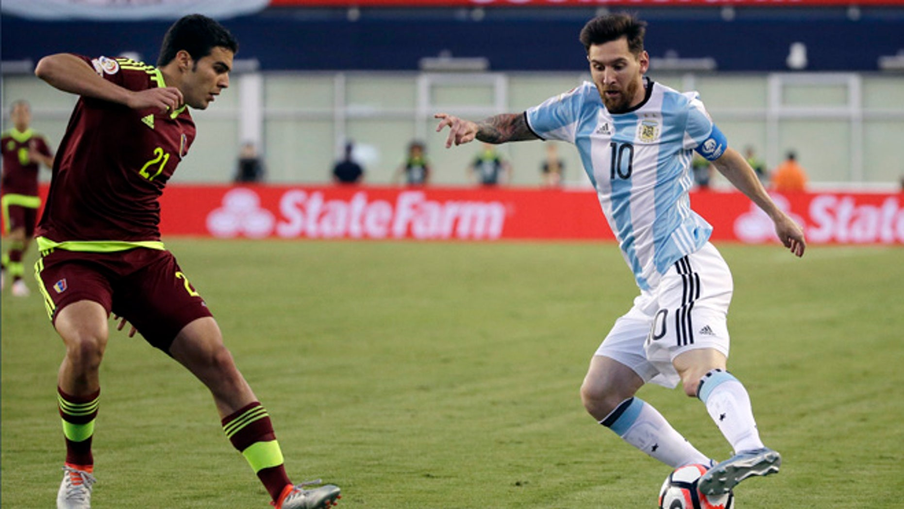 Argentina's Lionel Messi (10) dribbles the ball against Venezuela's Alexander Gonzalez (21) during the second half of a Copa America Centenario soccer quarterfinal Saturday, June 18, 2016, in Foxborough, Mass. (AP Photo/Elise Amendola)