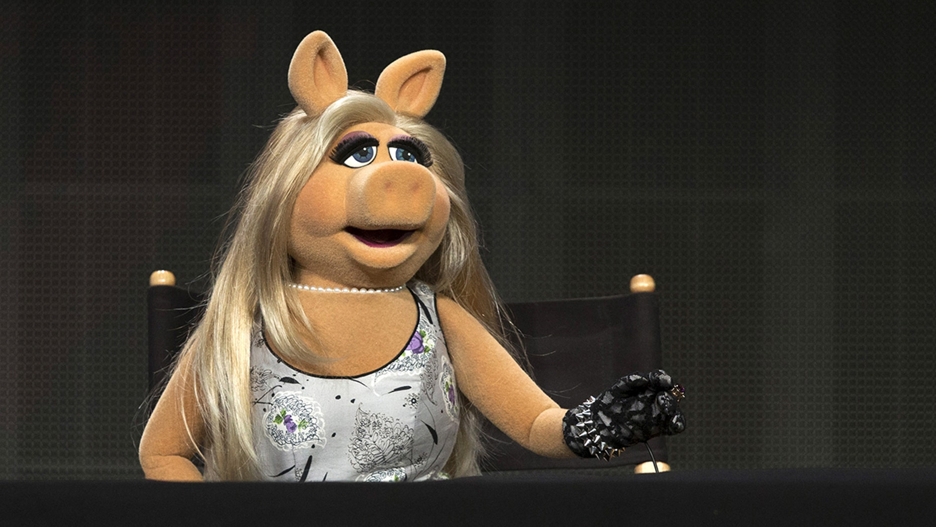 """The Muppets character Miss Piggy speaks at a panel for the Disney-ABC television series """"The Muppets"""" during the Television Critics Association Cable Summer Press Tour in Beverly Hills, California August 4, 2015. REUTERS/Mario Anzuoni - GF20000013542"""