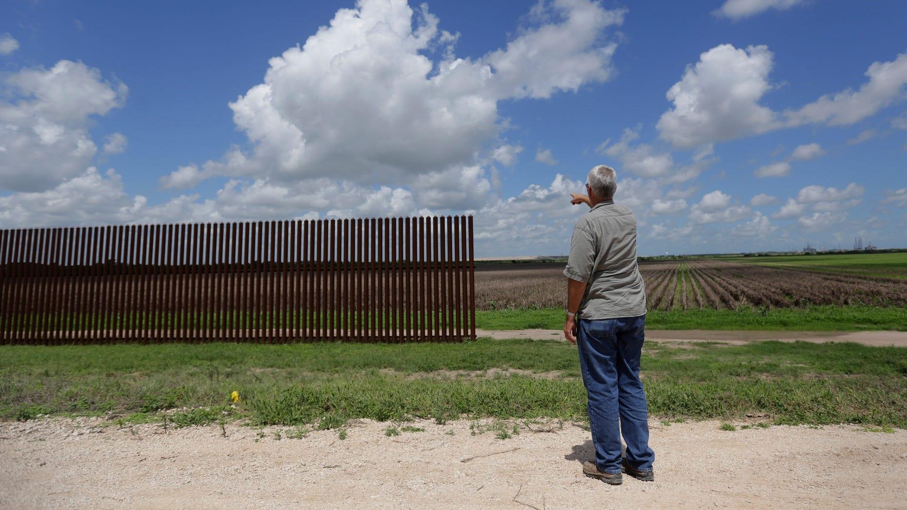 En esta foto del 17 de septiembre de 2015, Max Pons, gerente de Nature Conservancy en la frontera sur de EEUU, señala la punta sur donde termina el muro fronterizo cerca de Brownsville, Texas. La construcción del muro fronterizo entre México y Estados Unidos cuesta 6,5 millones de dólares por milla (1,6 km), por lo que concluirlo será una tarea descomunal para 3.144 kilómetros (1.954 millas) de frontera que comparten ambos países. (Foto AP/Eric Gay)