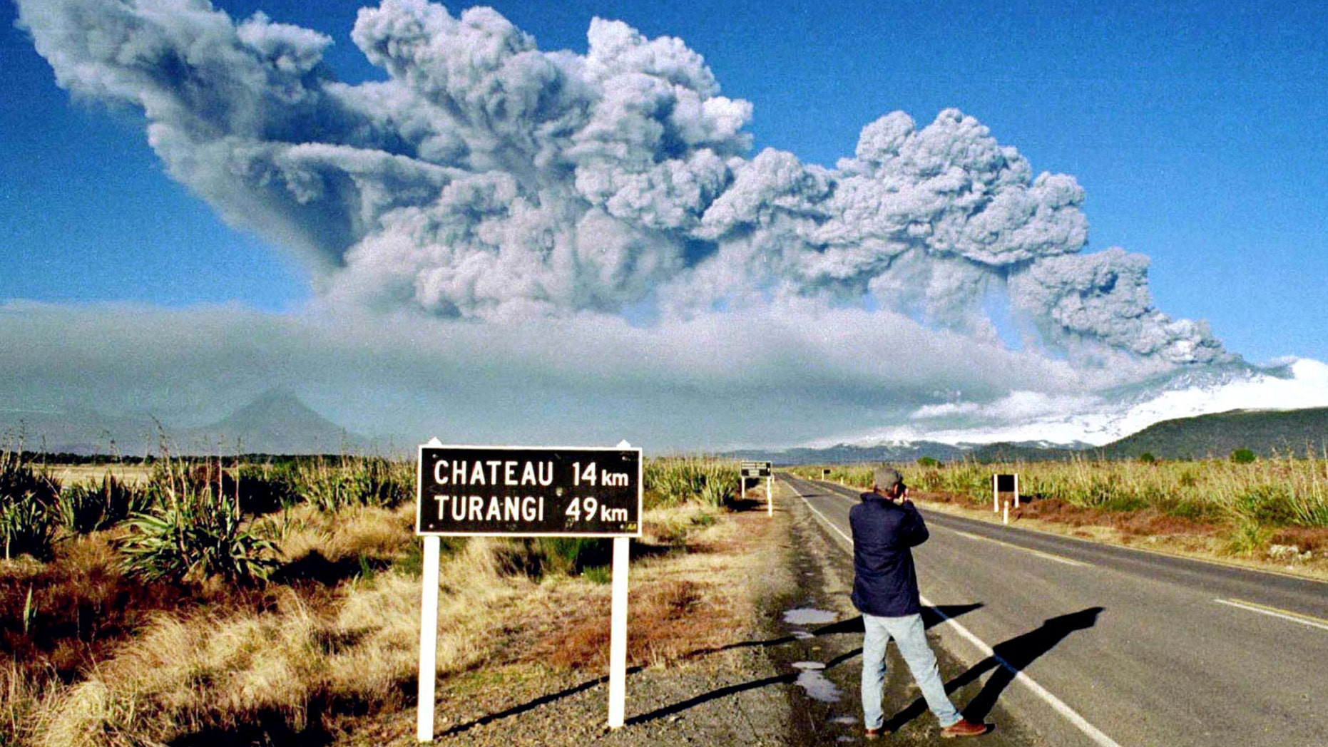 File photo: A tourist takes pictures of Mount Ruapehu as it erupts on June 18, 1996 in Tongariro National Park on the central North Island of New Zealand. (REUTERS/Stringer)