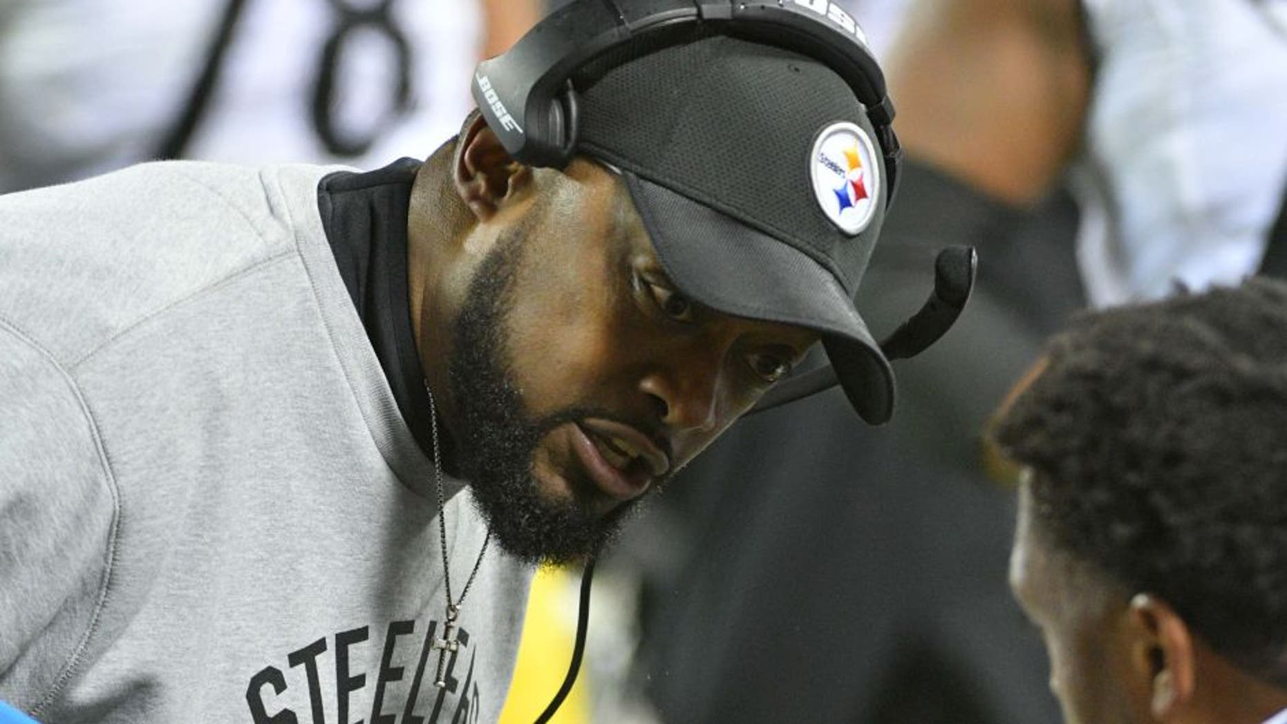 Jan 15, 2017; Kansas City, MO, USA; Pittsburgh Steelers head coach Mike Tomlin speaks to a player during the second quarter against the Kansas City Chiefs in the AFC Divisional playoff game at Arrowhead Stadium. Mandatory Credit: Denny Medley-USA TODAY Sports