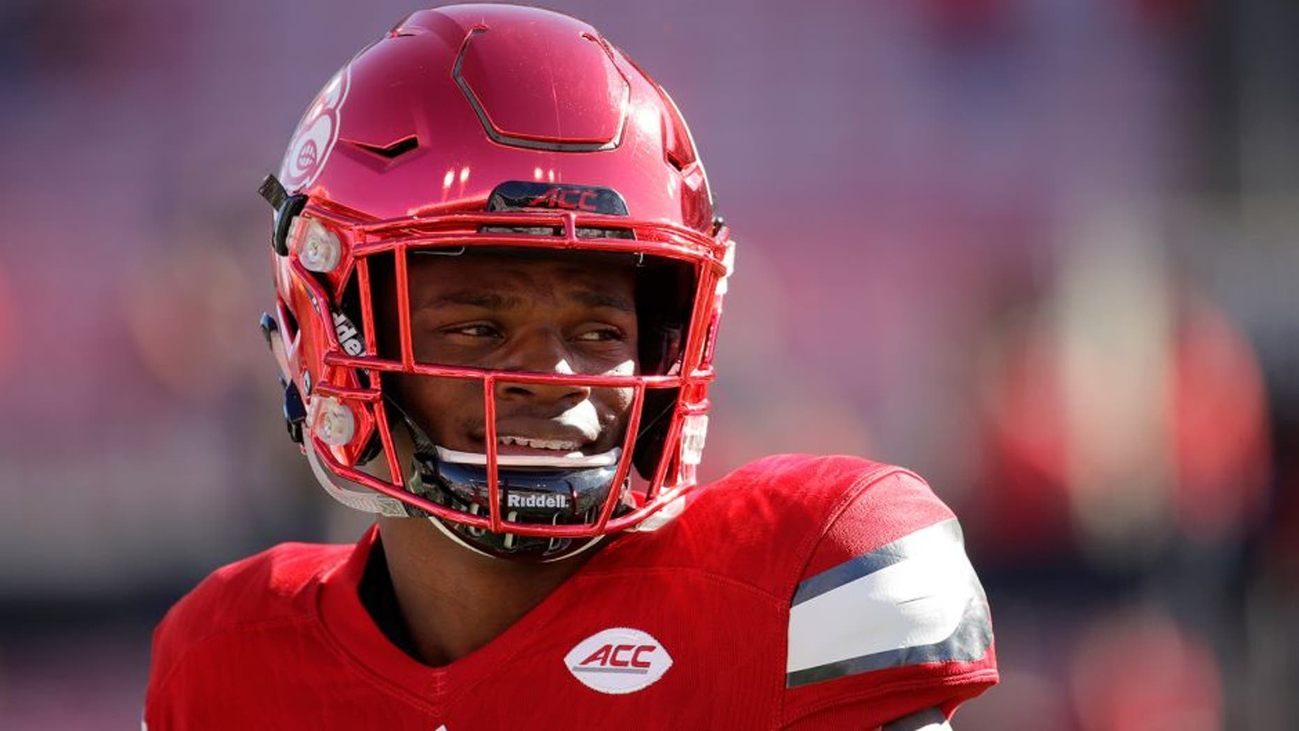 LOUISVILLE, KY - OCTOBER 22: Lamar Jackson #8 of the Louisville Cardinals runs drills before the game against the North Carolina State Wolfpack at Papa John's Cardinal Stadium on October 22, 2016 in Louisville, Kentucky. (Photo by Andy Lyons/Getty Images)