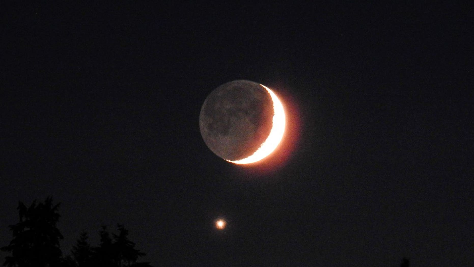 Venus and the moon appeared close in proximity last night as the two made for a breathtaking scene.