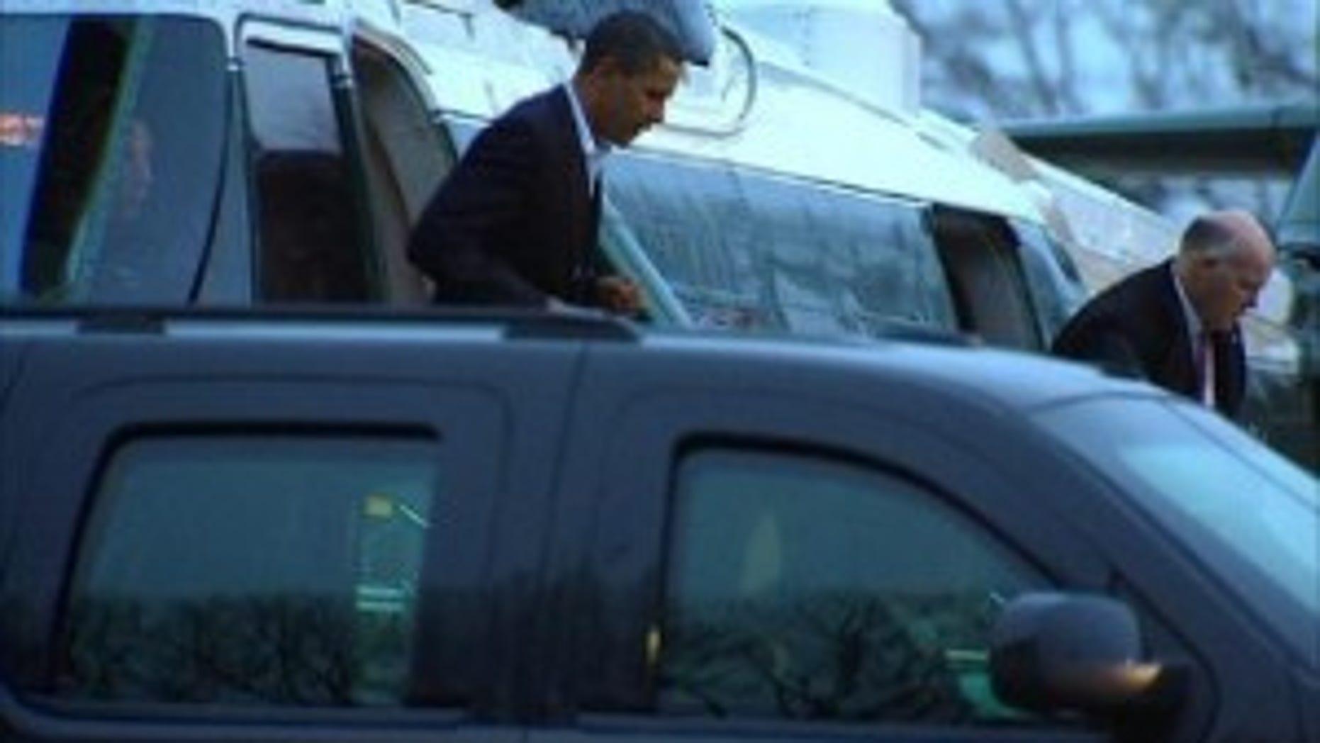 President Obama arrives at Bethesda Naval Hospital (Travel Pool Photo)