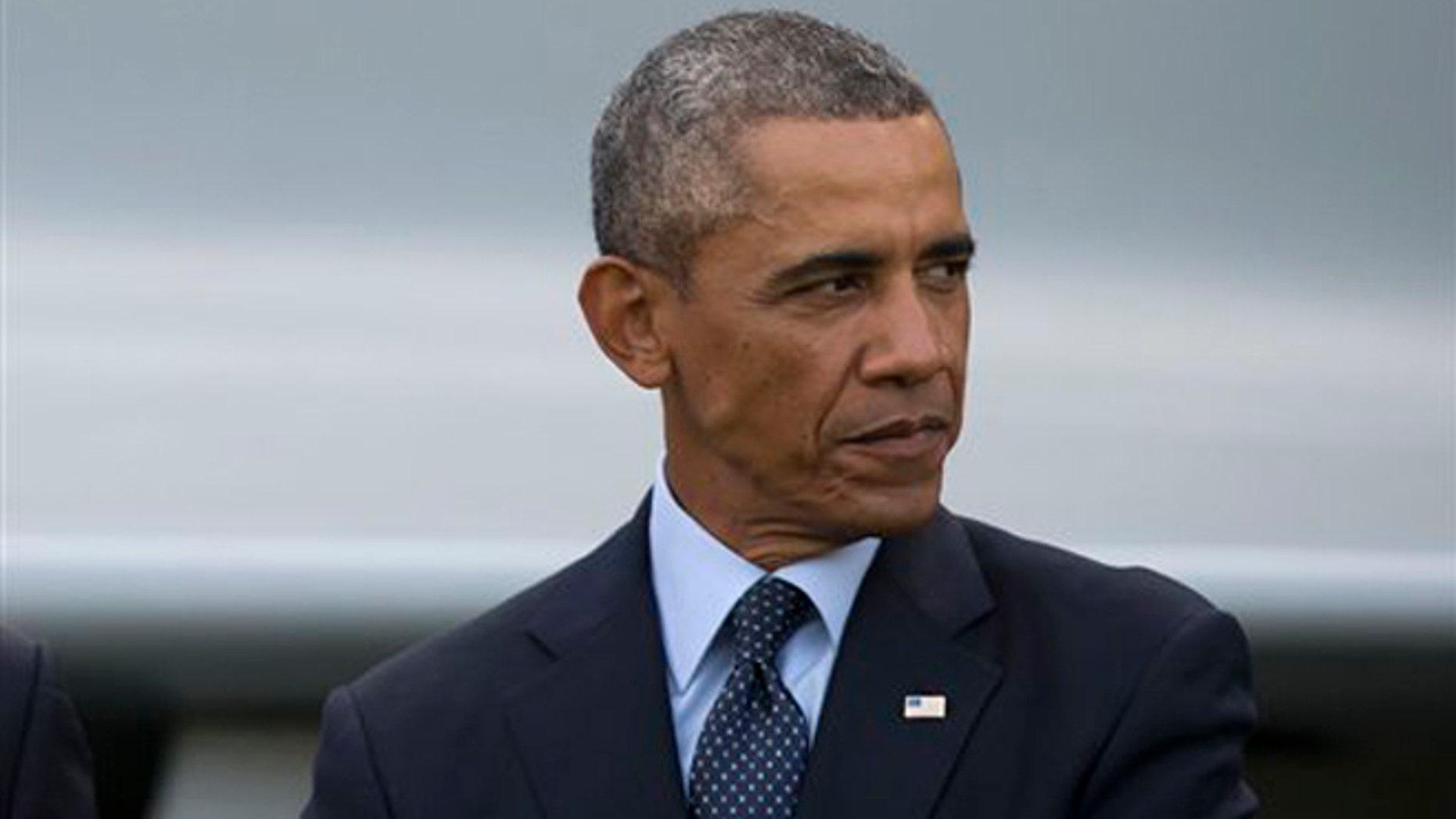 El presidente Barack Obama anunció el domingo 7 de 2014 que presentará en los próximas días su estrategia para derrotar al Estado Islámico que controla algunas zonas en Irak y Siria. En la imagen, Obama durante un desfile de aviones en la cumbre de la OTAN en Newport, Gales, el 5 de septiembre. (AP Foto/Jon Super)
