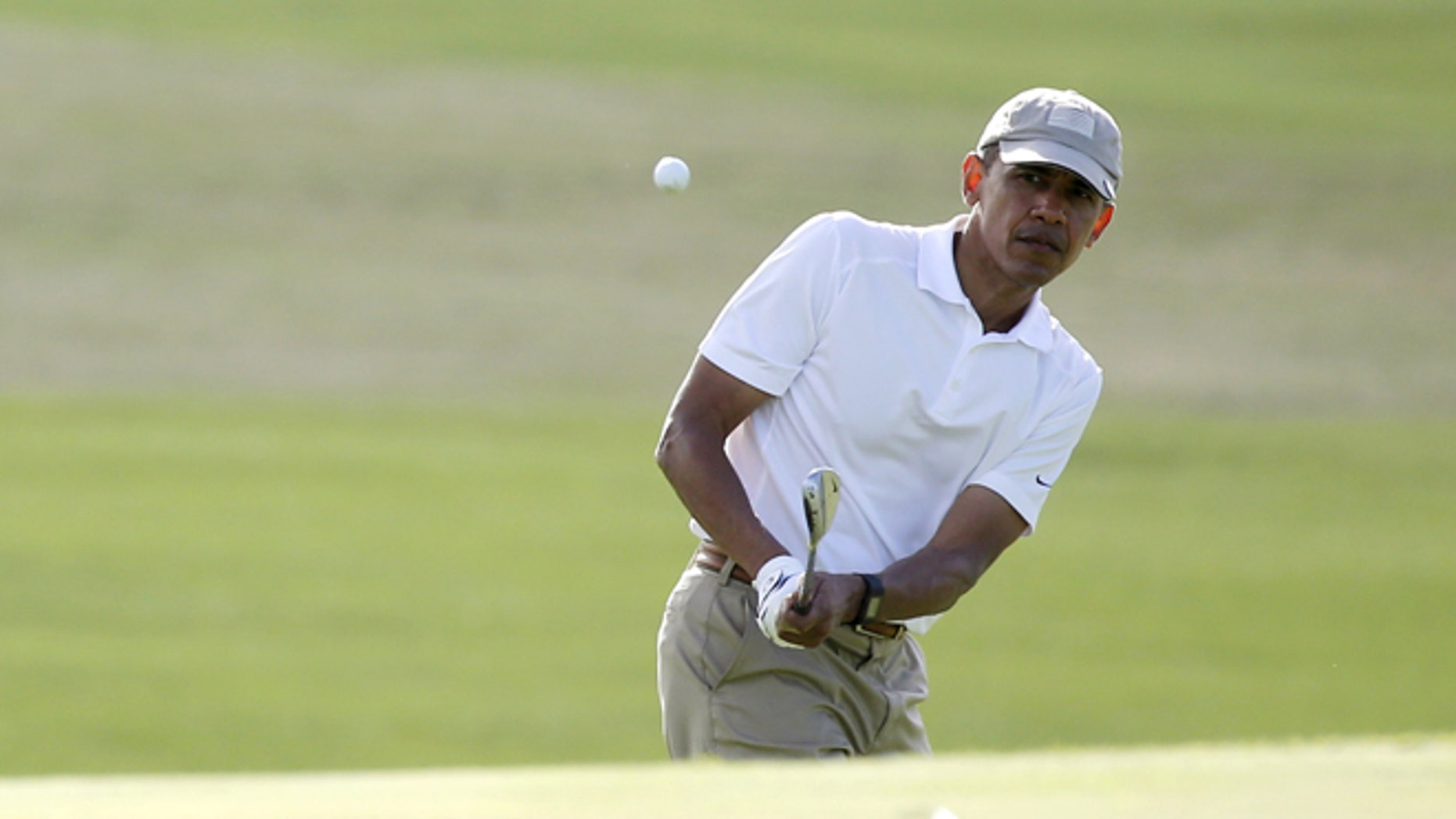 U.S. President Barack Obama plays a shot to the 18th green as he finishes a round of golf with friends at the Mid-Pacific Country Club in Kailua, Hawaii, December 28, 2015. REUTERS/Jonathan Ernst - RTX20CBK