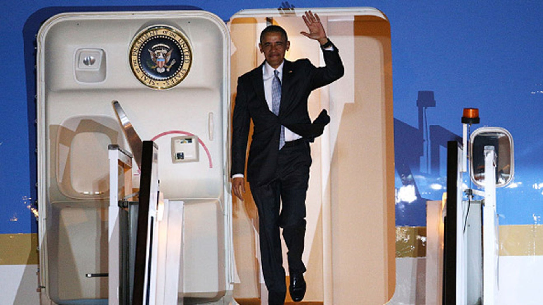 LONDON, ENGLAND - APRIL 21:  US President Barack Obama steps off Air Force One upon arrival at Stansted Airport on April 21, 2016 in London, England. The President is currently on a four day visit to the UK where he will have lunch with HM Queen Elizabeth II at Windsor Castle and dinner with Prince William and his wife Catherine, Duchess of Cambridge at Kensington Palace. Mr Obama will visit 10 Downing Street on Friday afternoon where he is to hold a joint press conference with British Prime Minister David Cameron and is expected to make his case for the UK to remain inside the European Union.  (Photo by Dan Kitwood/Getty Images)