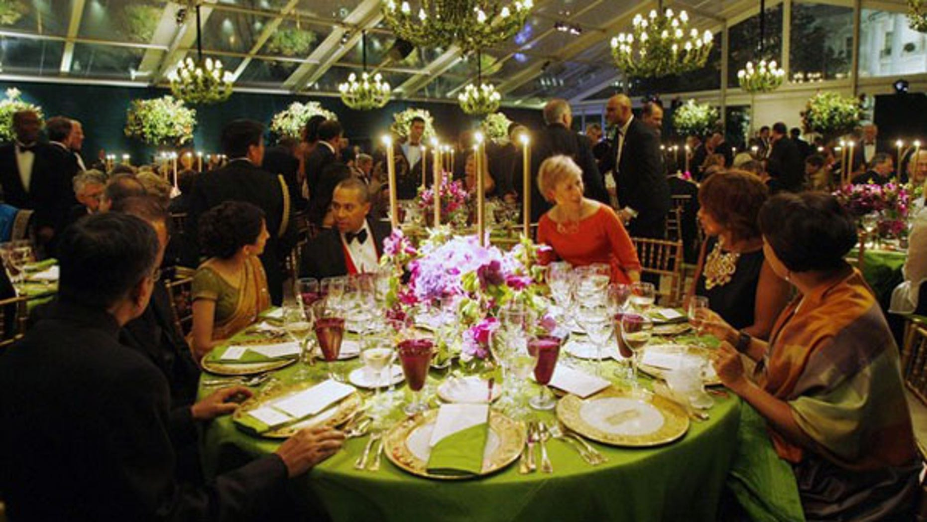 Shown here are tables and guests during a state dinner for India's Prime Minister Manmohan Singh in a giant tent on the South Lawn of the White House Nov. 24, 2009. (Reuters Photo)