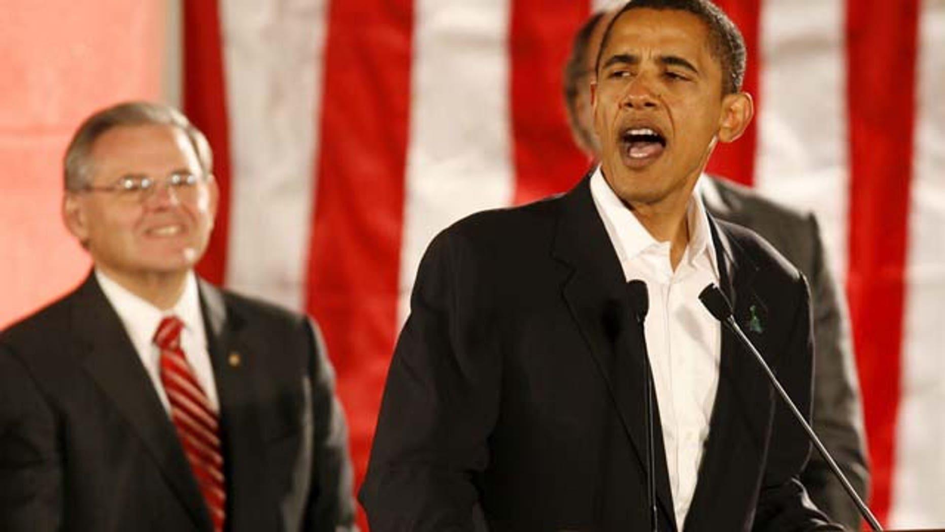 EEUU - ELECCIONES:NYK807 HOBOKEN (NJ, EEUU) 02/11/06 .- El senador estadounidense Barack Obama (d), demócrata por el estado de Illinois, habla durante una campaña política por el candidato Bob Menendez, demócrata-Nueva Jersey, en Hoboken, Nueva Jersey, jueves 2 de noviembre. Menendez está postulado para la reelección compitiendo con Tom Kean por uno de los dos escaños en el senado estadounidense por el estado de Nueva Jersey. EFE/ANDREW GOMBERT (Newscom TagID: efespthree583327) [Photo via Newscom]