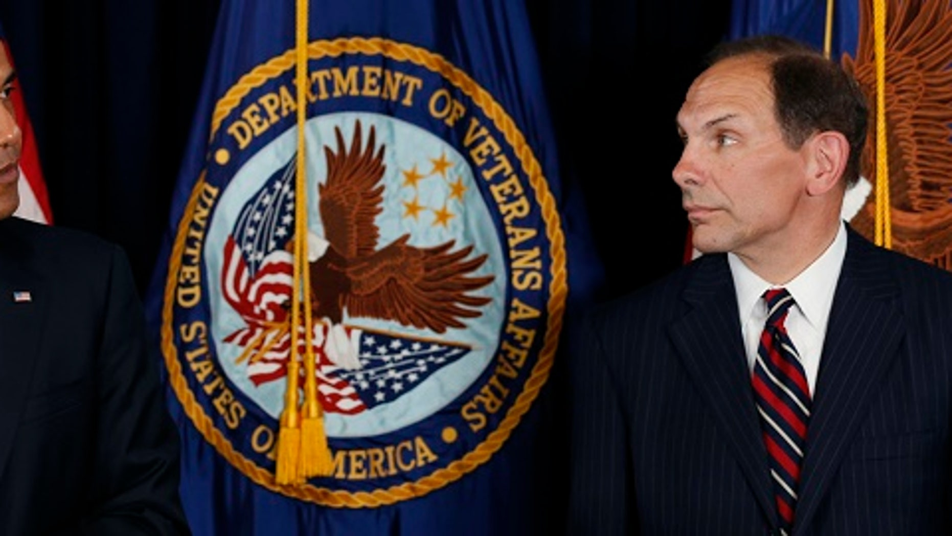 U.S. President Barack Obama announces his choice of former Procter & Gamble Chief Executive Bob McDonald, (R) an Army veteran, as his nominee to be the next secretary of veterans affairs at the VA in Washington June 30, 2014. If confirmed by the Senate, McDonald would be tasked with repairing the Veterans Administration after widespread evidence of delays in military veterans getting healthcare at VA facilities. REUTERS/Kevin Lamarque  (UNITED STATES - Tags: POLITICS MILITARY HEALTH) - RTR3WJ27