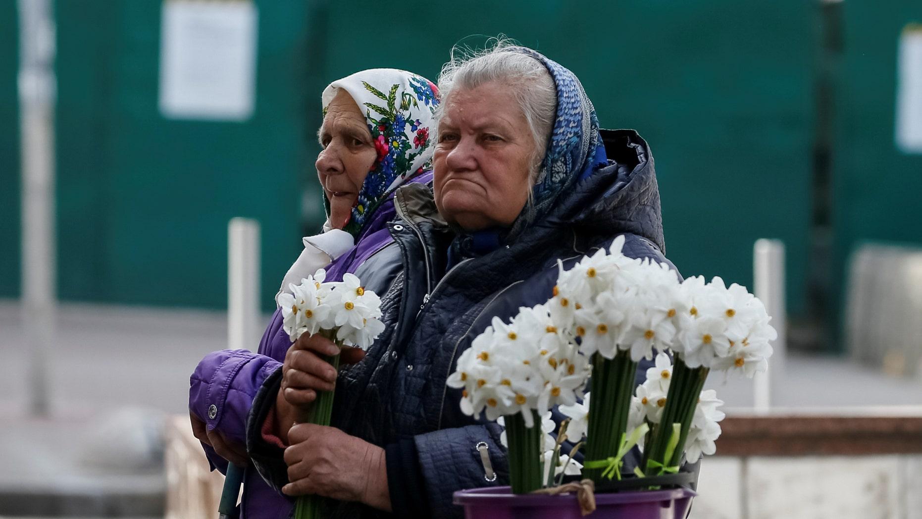 File photo: Elderly women wait for customers as they sell flowers in central Kiev, Ukraine April 27, 2017. (REUTERS/Gleb Garanich)