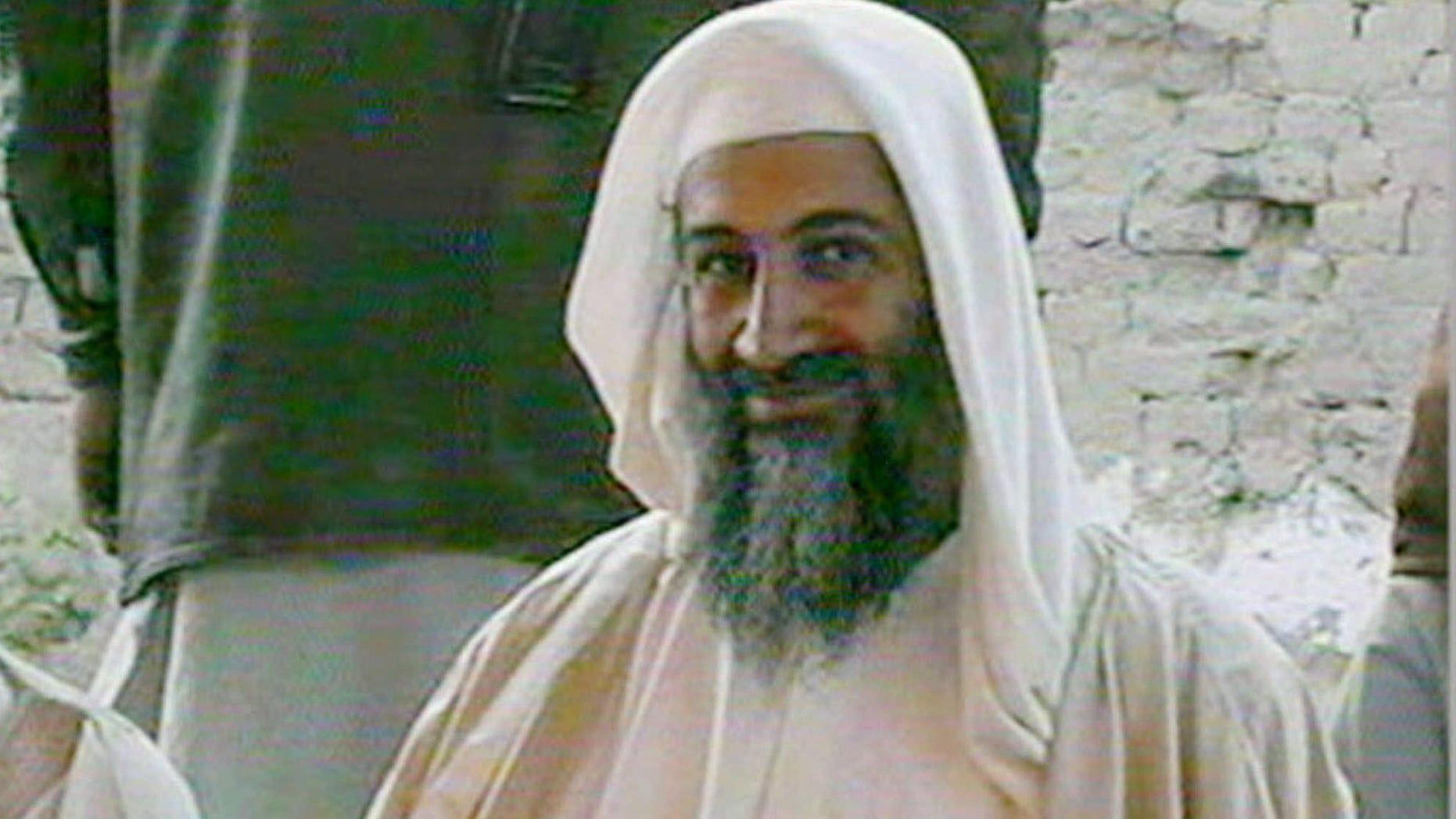 En esta imagen de archivo transmitida por la cadena de televisión qatarí Al Yazira, muestra a Osama bin Laden, supuestamente en la boda de su hijo en enero de 2001. Una persona al tanto de los acontecimientos dijo el domingo 1 de mayo de 2011 que bin Laden está muerto y Estados Unidos tiene su cuerpo.  (AP foto/Al-Jazeera/APTN, archivo)