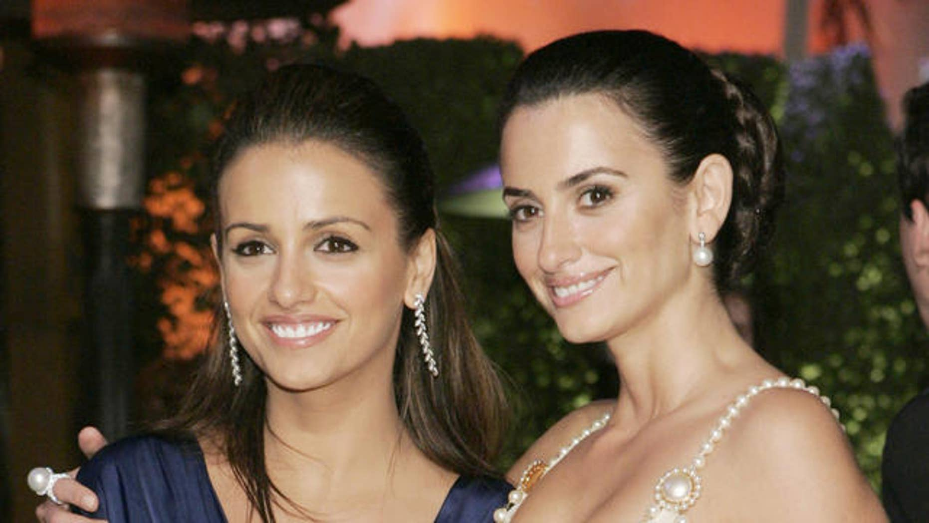 Penelope Cruz and Monica Cruz arrive at the annual Vanity Fair Oscar party at Morton's in West Hollywood, Calif., Sunday, Feb. 25, 2007.  (AP Photo/Danny Moloshok)