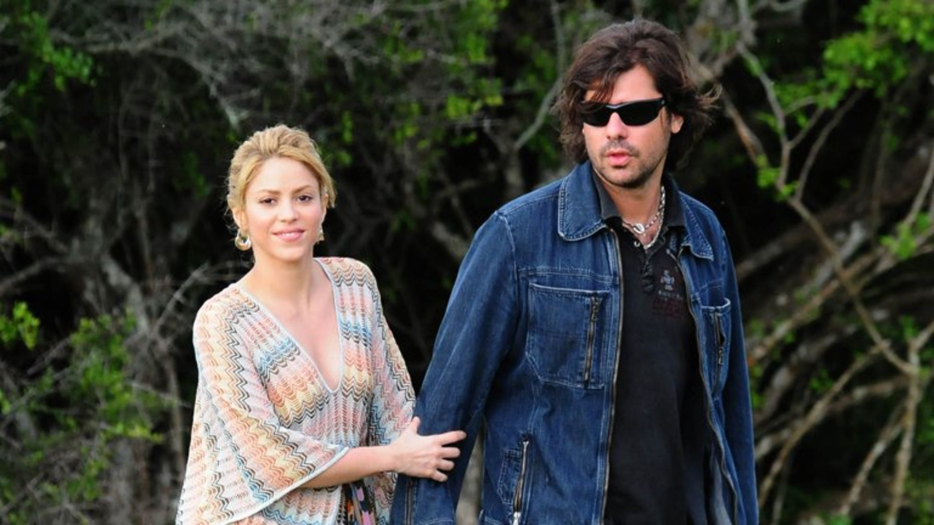 Global pop star Shakira (L) and then-boyfriend Antonio de la Rua stroll through their farmhouse in Jose Ignacio, Uruguay, on December 20, 2009. De la Rua has failed in a bid to get a slice of tens of millions of dollars in a Swiss bank account, in the latest chapter of the former couple's legal battle, lawyers said Monday.
