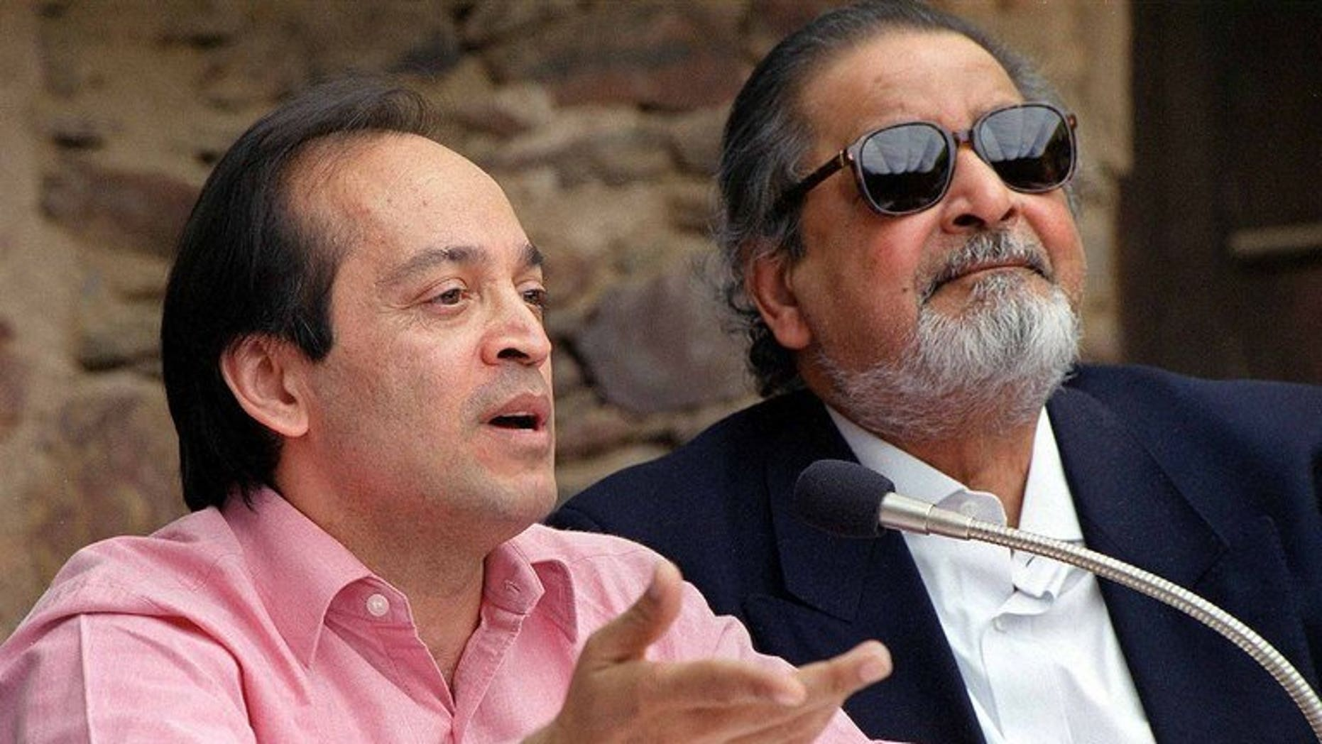 """Indian author Vikram Seth (L) and British writer V.S. Naipaul in February 2002. Seth has been asked to return a $1.7-million advance he was paid by his publisher to write a sequel to his 1993 classic """"A Suitable Boy"""", a report said."""