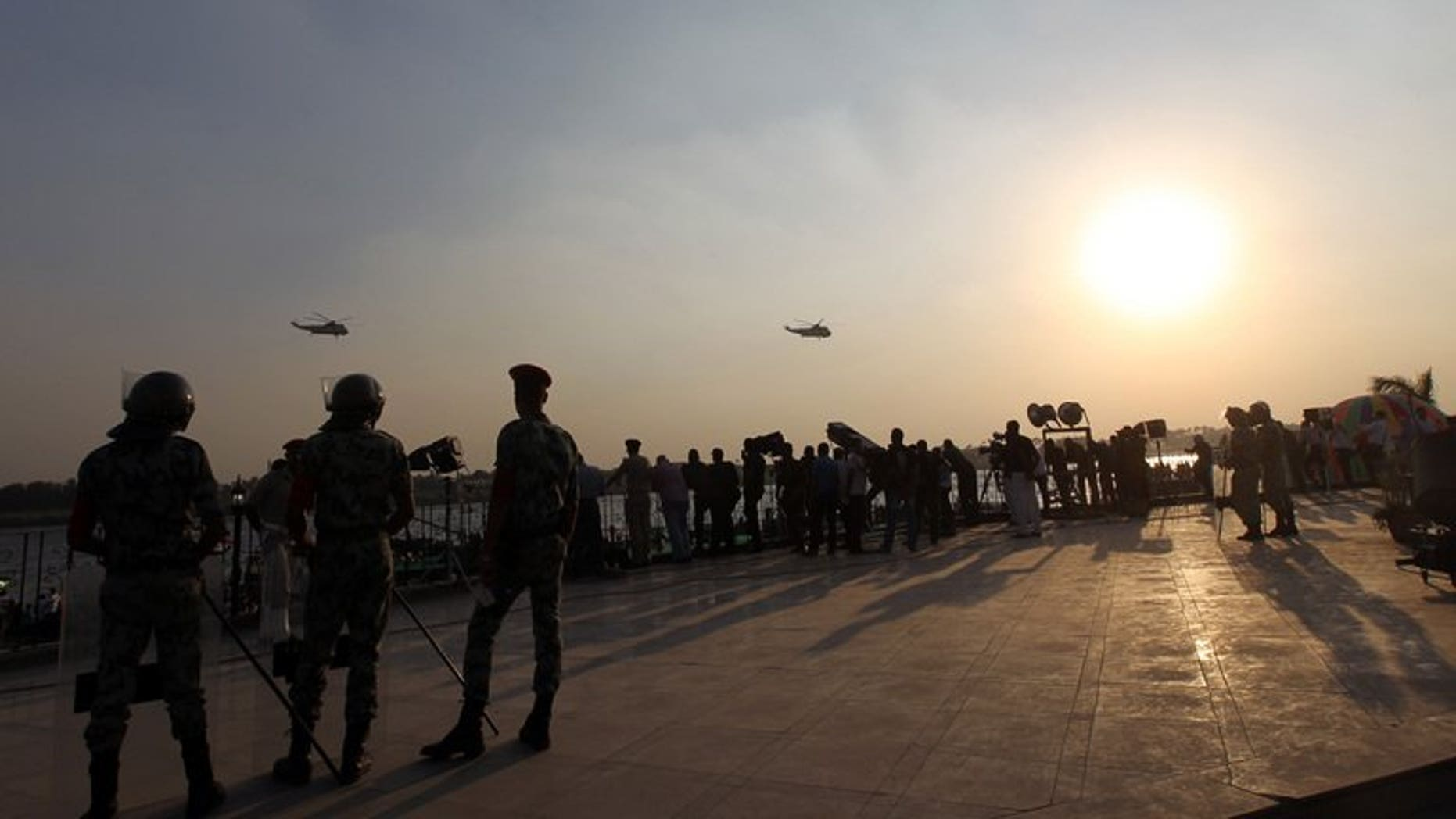 Egyptian soldiers stand guard by the Nile in Cairo, on October 6, 2011. A road accident has killed 15 soldiers and injured another 40 early in Egypt's Nile Delta province of Beheira, a security source tells AFP.