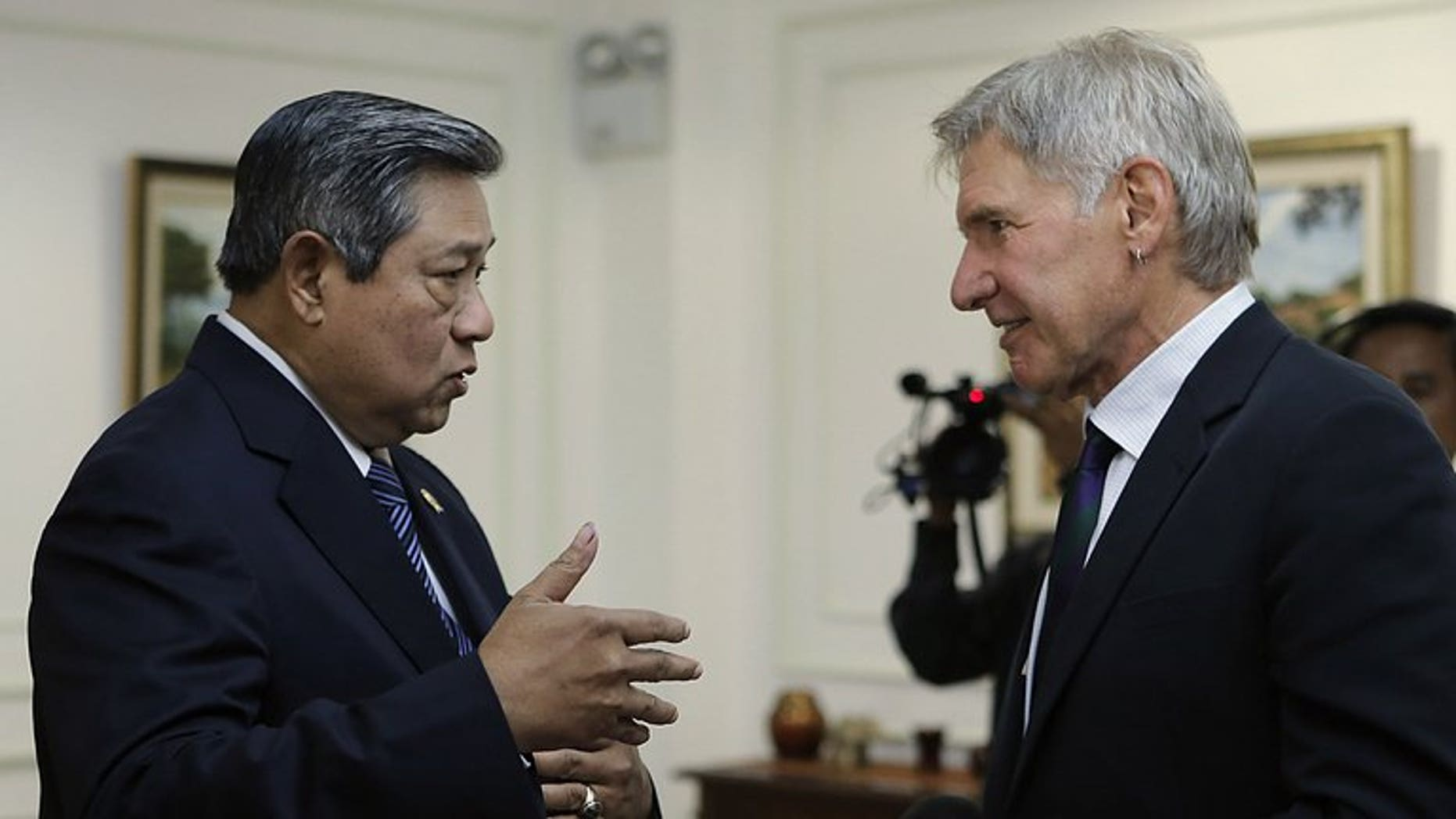 A photo released by the presidential palace on September 10, 2013, shows Indonesian President Susilo Bambang Yudhoyono (L) speaking to US actor Harrison Ford (R) during an interview at the presidential palace in Jakarta. The minister accused Ford of subjecting him to a rude interview on climate change.