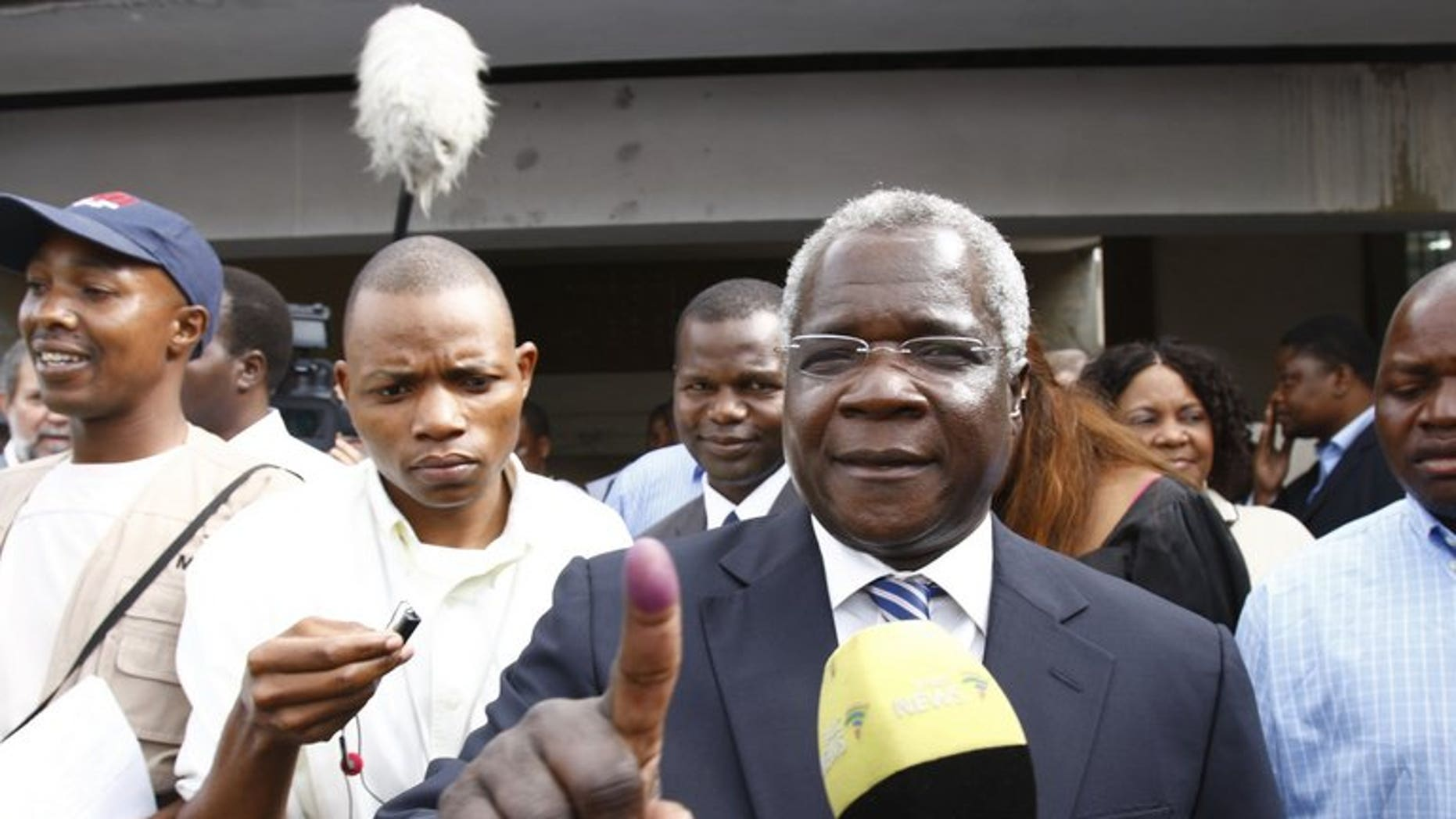 Mozambique's long-time opposition leader, Afonso Dhlakama (centre) speaks to journalists in Maputo on October 28, 2009. Mozambique's bid to end a conflict with former rebels that has unnerved investors hit an impasse after Dhlakama refused to leave his bush camp for talks.
