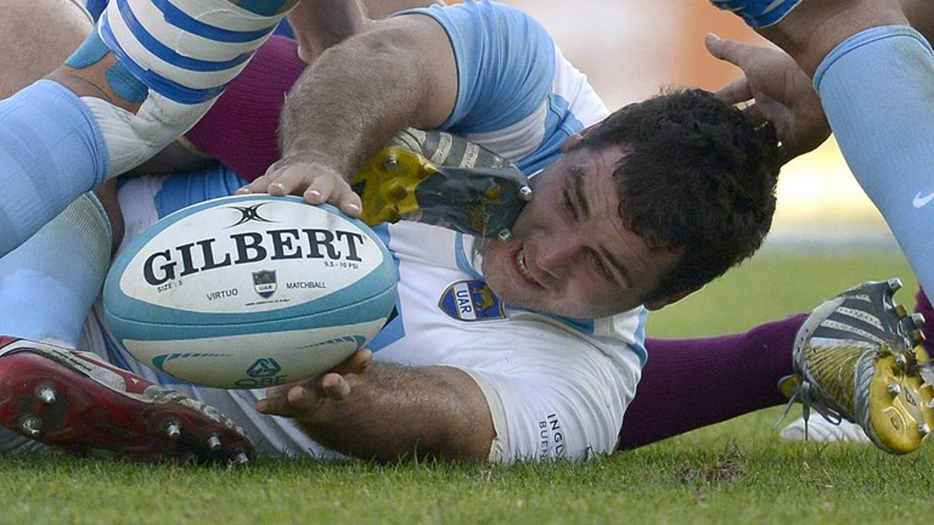 Argentina's Los Pumas Tomas Leonardi (centre) passes the ball to teammates during a match against England at Jose Amalfitani stadium in Buenos Aires on June 15, 2013. Leonardi has joined Edinburgh on a three-month contract.
