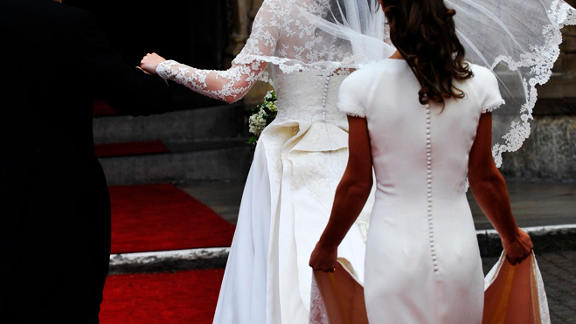 Kate Middleton arrives with her father Michael and sister Pippa at Westminster Abbey before Kate's marriage to Britain's Prince William in central London April 29, 2011. (ROYAL WEDDING/VIP)          REUTERS/Toby Melville (BRITAIN  - Tags: ROYALS SOCIETY ENTERTAINMENT)   - RTR2LR29