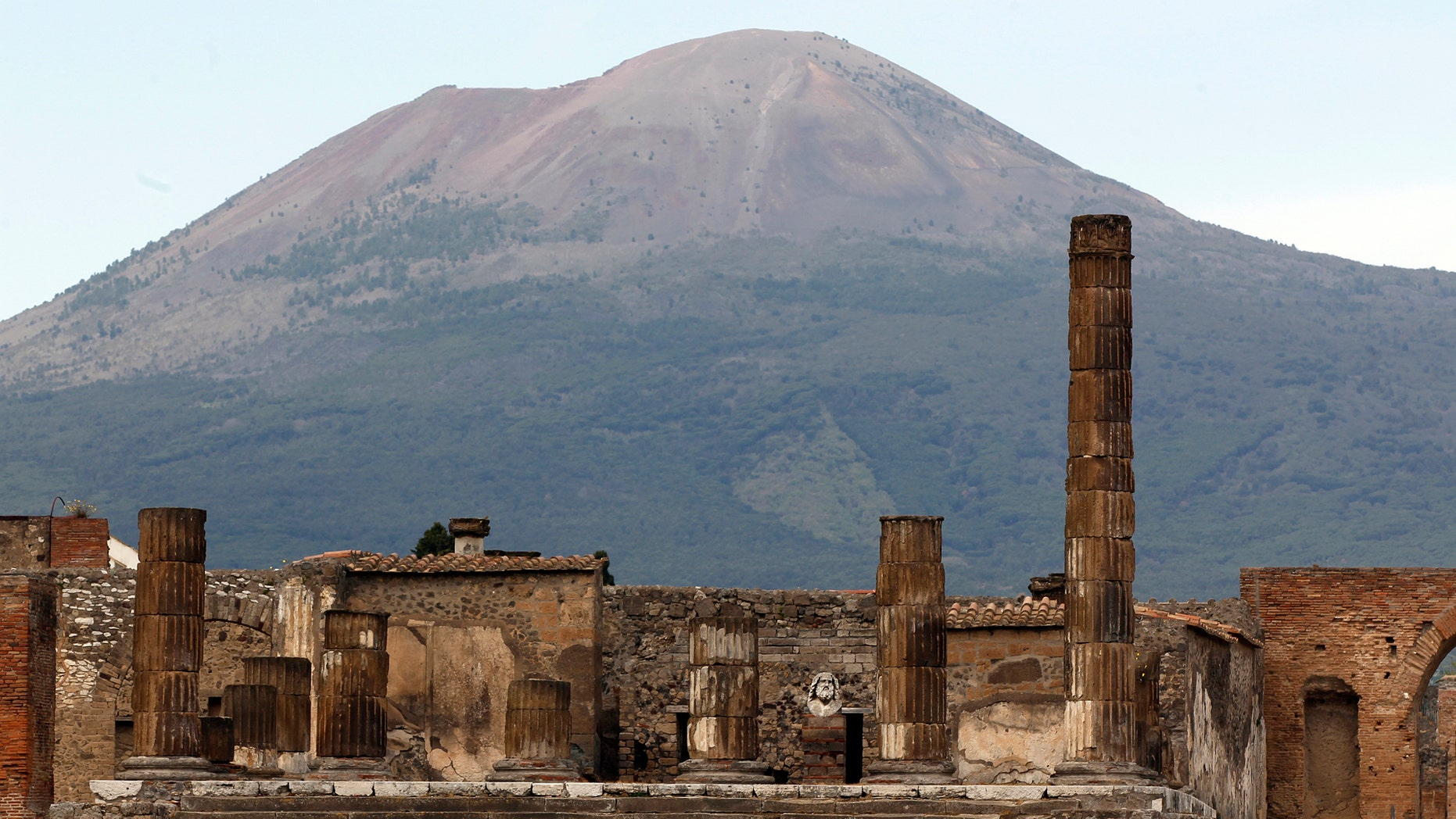 File photo: A partial view of the ancient archaeological site of Pompeii is pictured in front of Mount Vesuvius April 17, 2014. (Credit: REUTERS/Ciro de Luca)