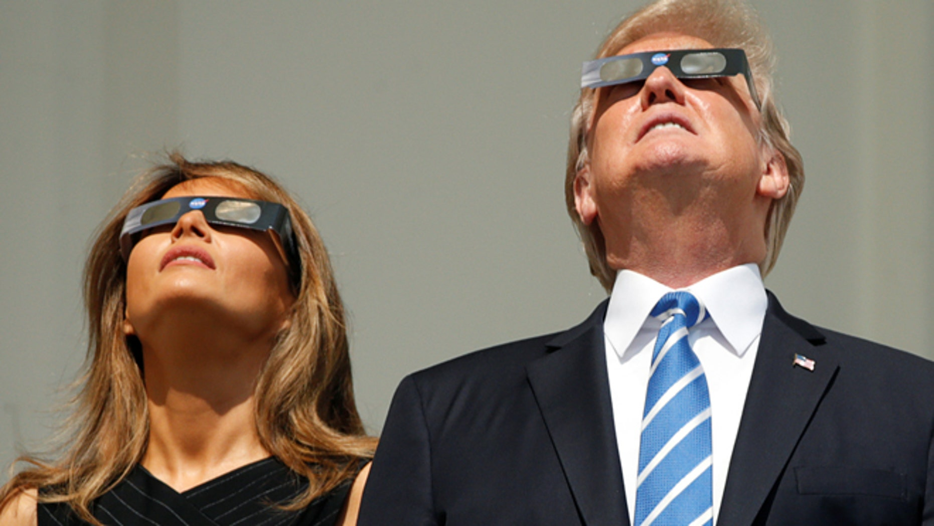 U.S. President Donald Trump and Melania Trump watch the solar eclipse from the White House in Washington, U.S., August 21, 2017.  REUTERS/Kevin Lamarque - RTS1CPN2