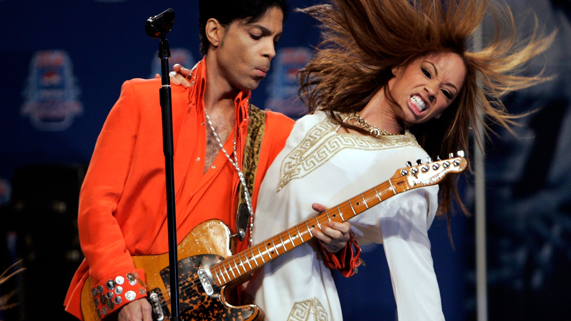 Musician Prince (L) performs for members of the news media in Miami Beach, Florida February 1, 2007.  Prince will be the halftime entertainment at Super Bowl XLI to be played February 4.   REUTERS/Brian Snyder    (UNITED STATES) - RTR1LVTF