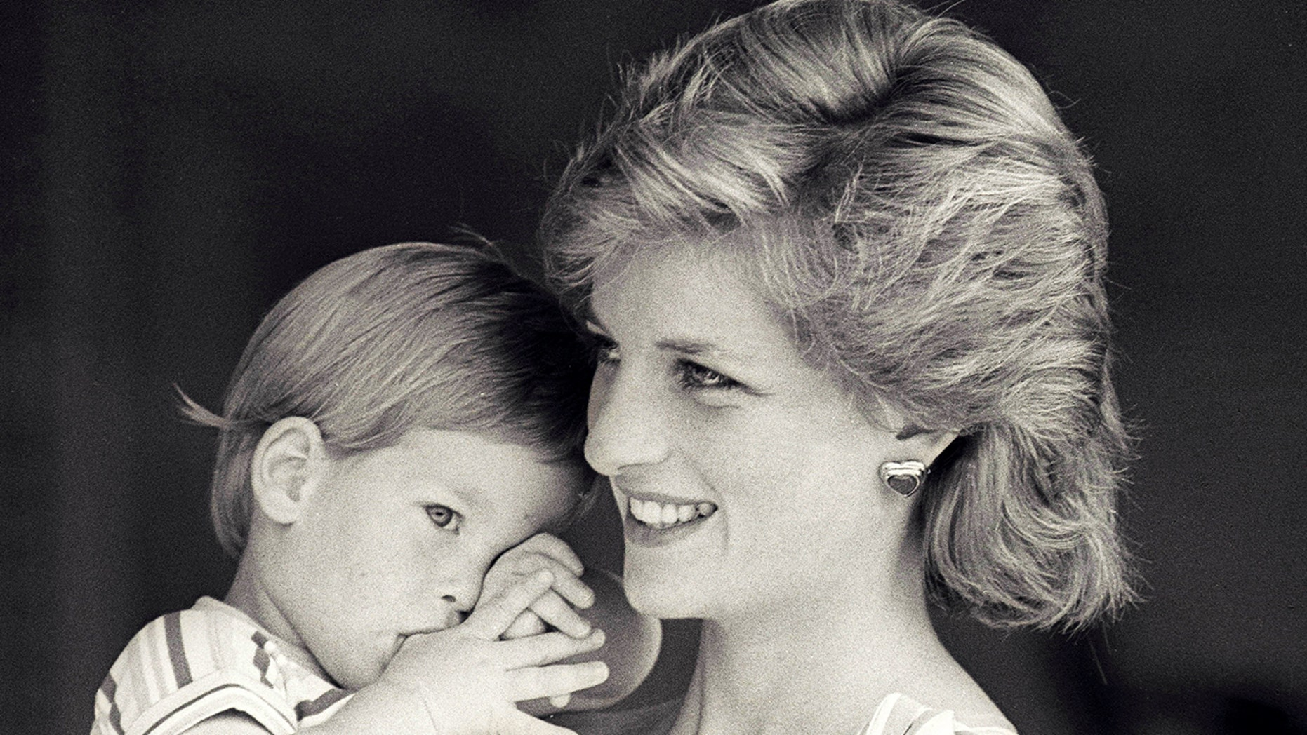 FILE PHOTO - Britain's Princess Diana holds Prince Harry during a morning picture session at Marivent Palace, where the Prince and Princess of Wales are holidaying as guests of King Juan Carlos and Queen Sofia, in Mallorca, Spain August 9, 1988.    REUTERS/Hugh Peralta/File Photo - RTX2XMBU