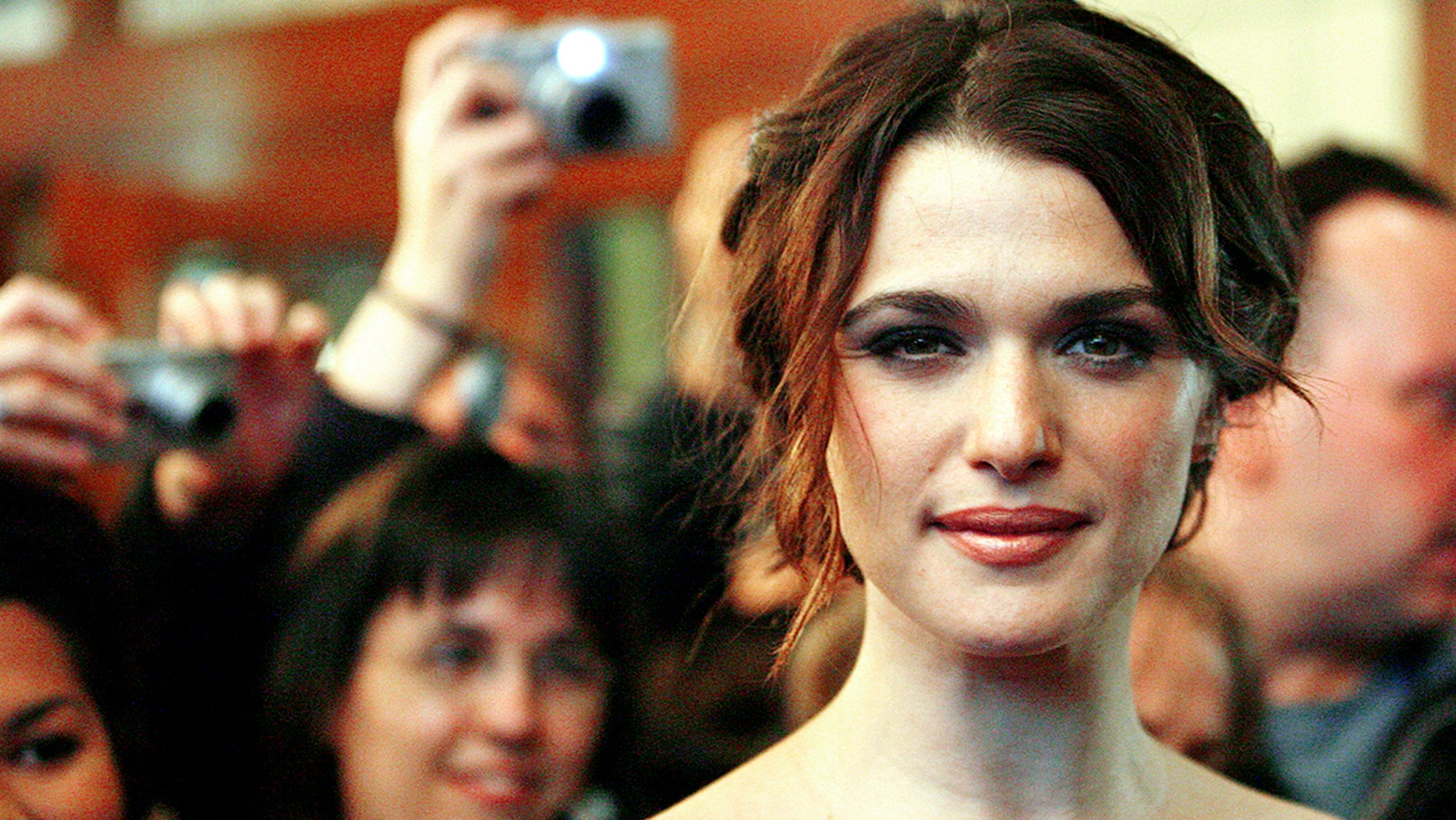"""Cast member Rachel Weisz poses at the premiere of """"The Fountain"""" at the Elgin theatre during the 31st Toronto International Film Festival in Toronto September 12, 2006. The festival runs from September 7 until September 16. REUTERS/Mario Anzuoni (CANADA) - GM1DTMHELEAA"""