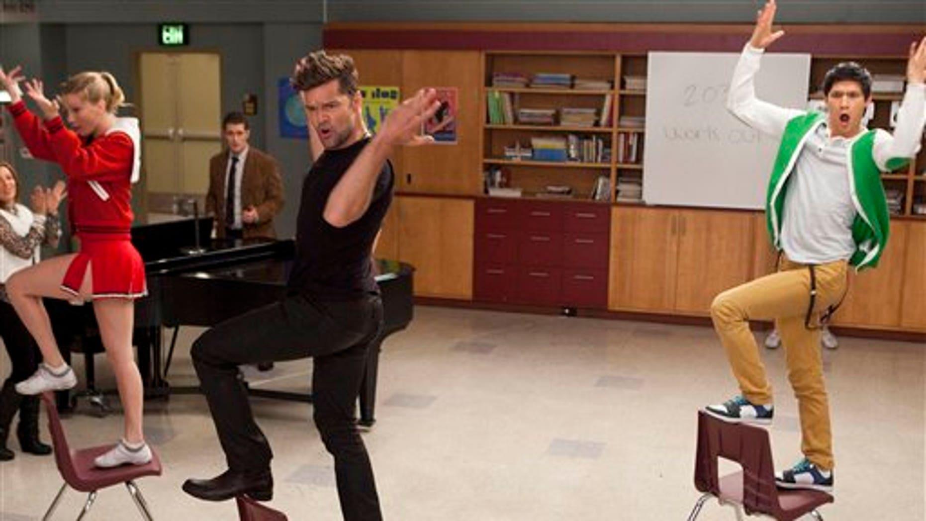 """En esta imagen difundida por Fox, Ricky Martin participa como actor invitado en la serie """"Glee"""", junto a los miembros del elenco Heather Morris, a la izquierda, y Harry Shum Jr., a la derecha, en el episodio """"El profesor de español"""" a transmitirse el martes 7 de febrero del 2012. (AP Foto/Fox, Adam Rose)"""