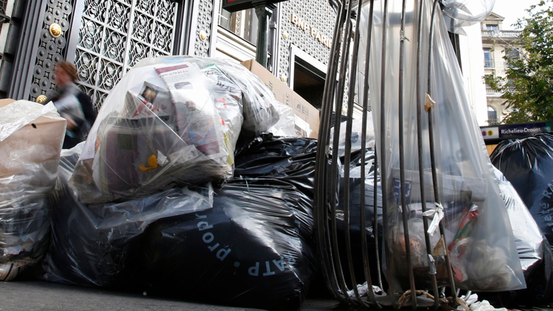 Bags of garbage are seen on a sidewalk near a Metro underground entrance during a strike by rubbish collectors in Paris, France, October 7, 2015. Garbage bins accumulate along sidewalks as half of the districts in the French capital are affected by the strike which started on Monday.    REUTERS/Jacky Naegelen - RTS3E97