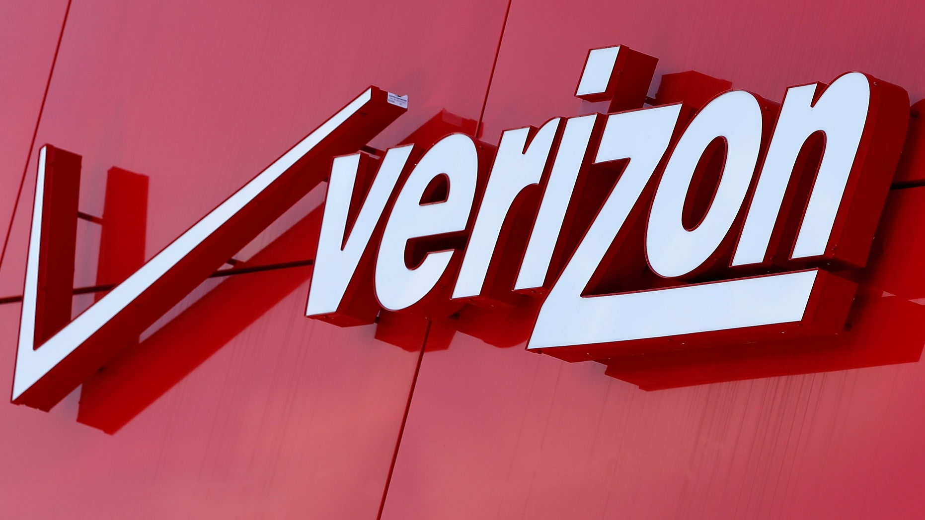 The logo of Verizon is seen at a retail store in San Diego, California April 21, 2016.  REUTERS/Mike Blake/File Photo - RTSJQRX