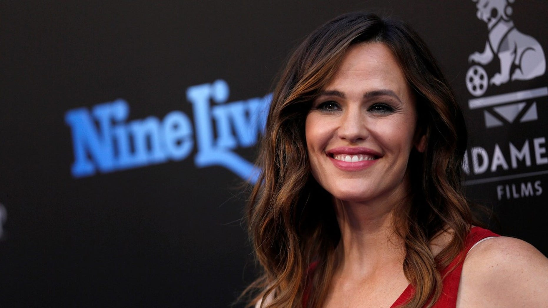 Jennifer Garner was photographed selling Girl Scout cookies outside a grocery store on Sunday.