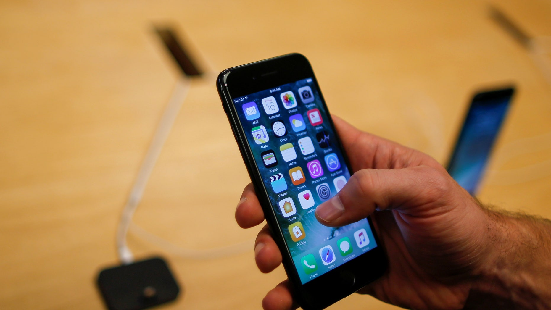 A customer takes a look at the new iPhone 7 smartphone inside of an Apple Inc. store in New York, U.S., September 16, 2016. (REUTERS/Eduardo Munoz)