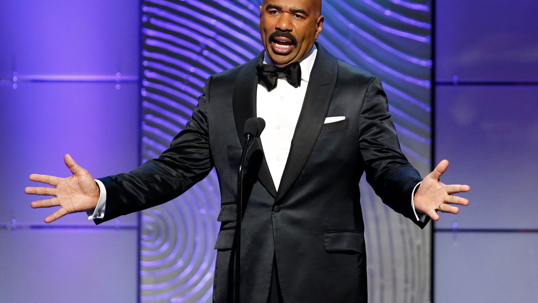 TV host Steve Harvey presents the outstanding morning program award during the 40th annual Daytime Emmy Awards in Beverly Hills, California June 16, 2013. REUTERS/Danny Moloshok (UNITED STATES - Tags: ENTERTAINMENT) - RTX10QJ3